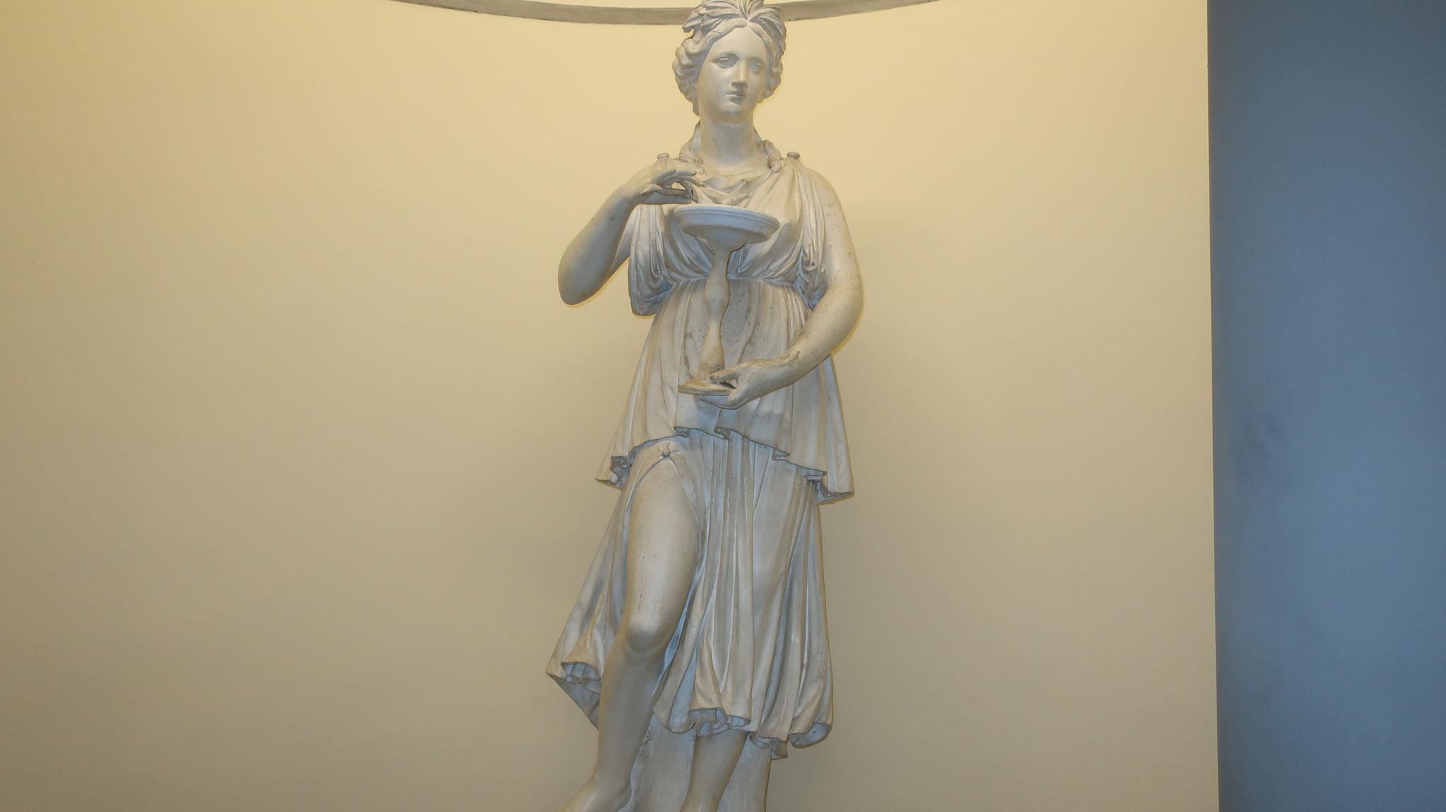 健康・衛生の女神ヒュギエイア。 医神アスクレピオスの娘でアスクレピオスの蛇に餌をやるための器を持っています。