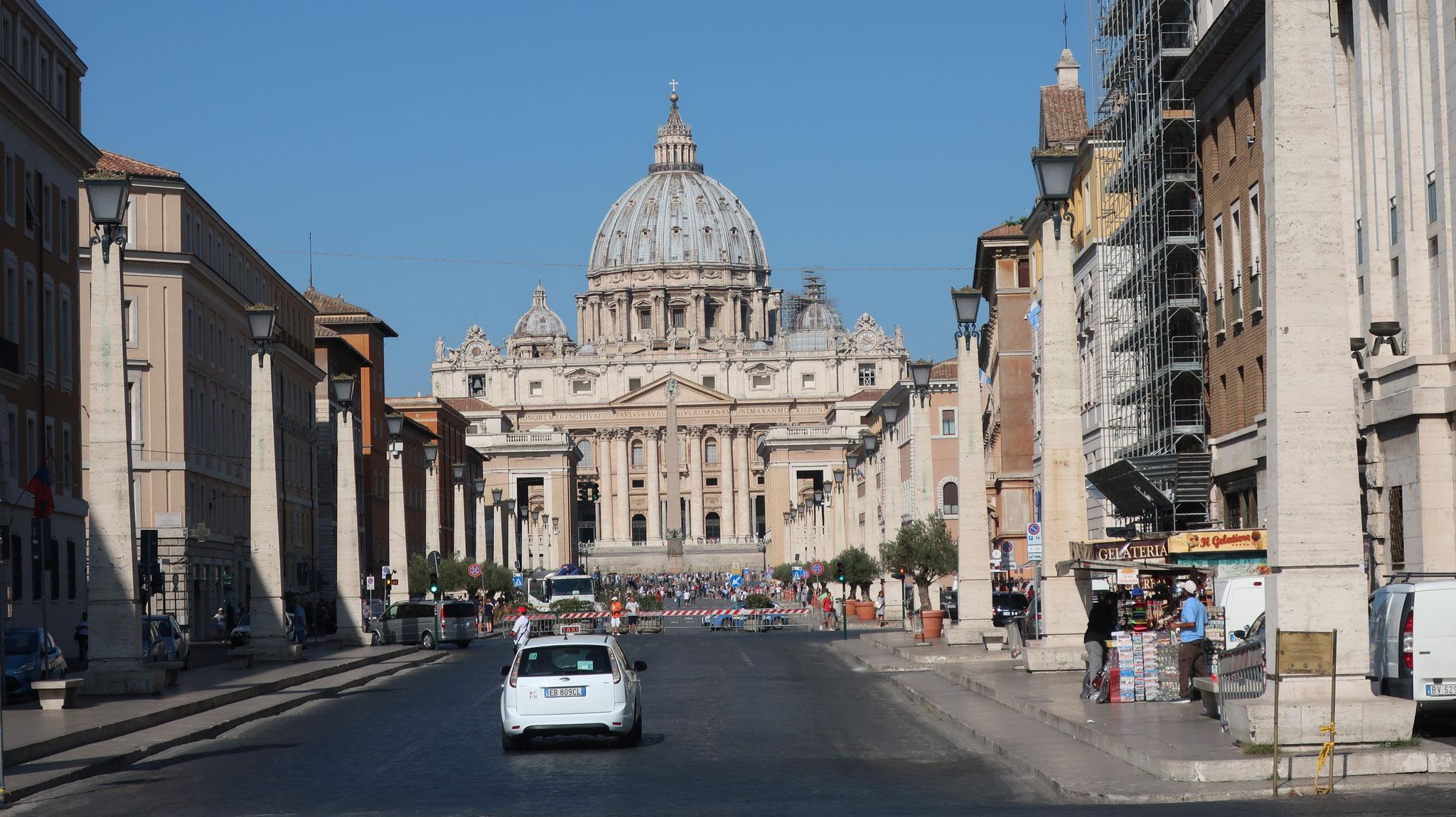 サン・ピエトロ大聖堂に向かうコンチリアツィオーネ(「和解」)通り。ヴァティカン市国誕生を記念してムッソリーニが造りました。