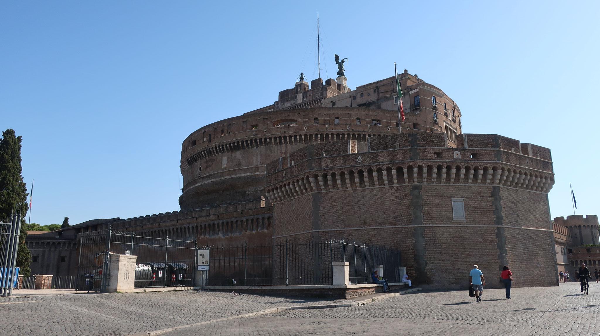 サンタンジェロ(聖天使)城。2世紀、ハドリアヌス帝が自分の霊廟として建造しました。