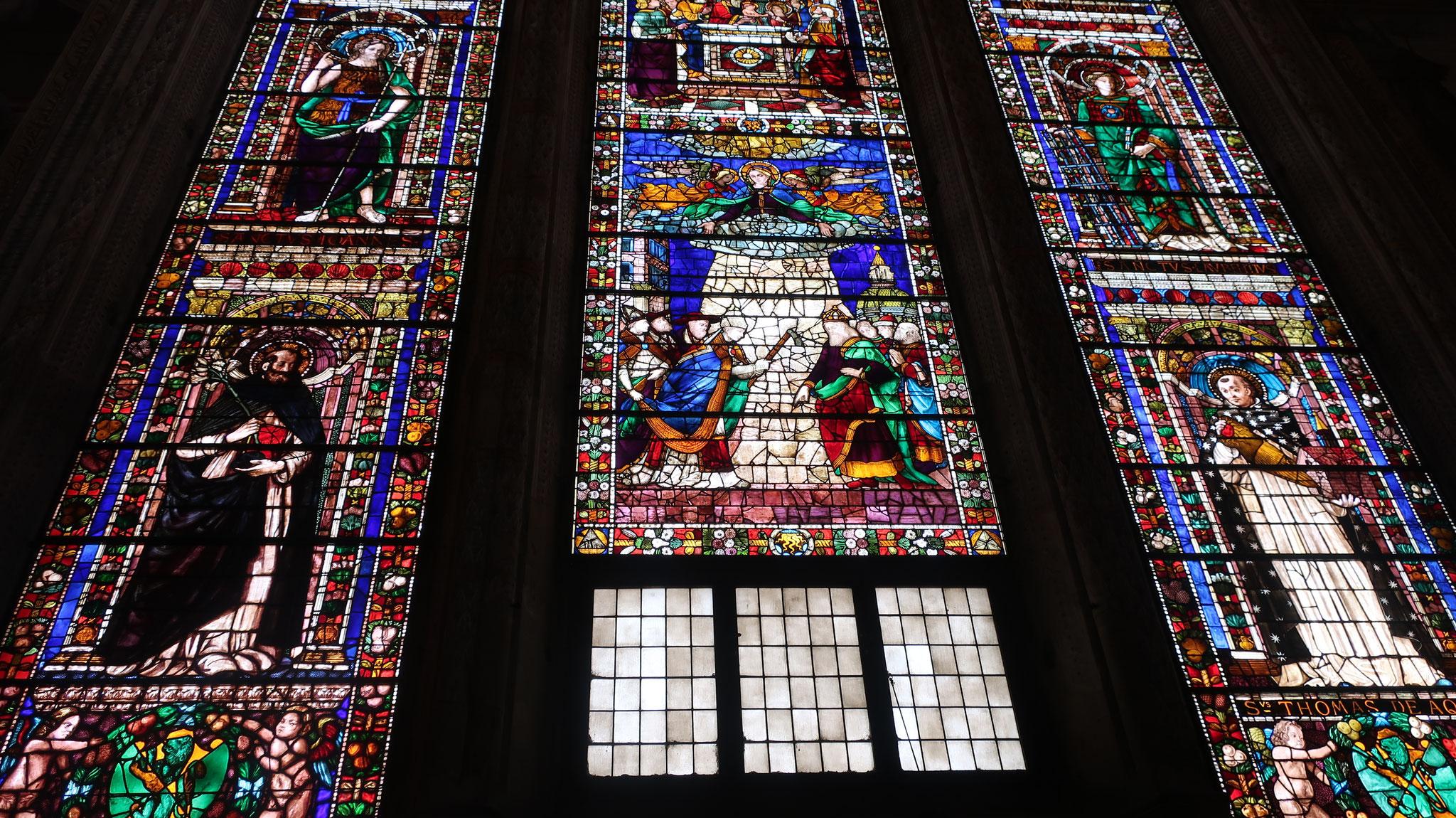 中央礼拝堂のステンドグラス。ギルランダイオ制作。