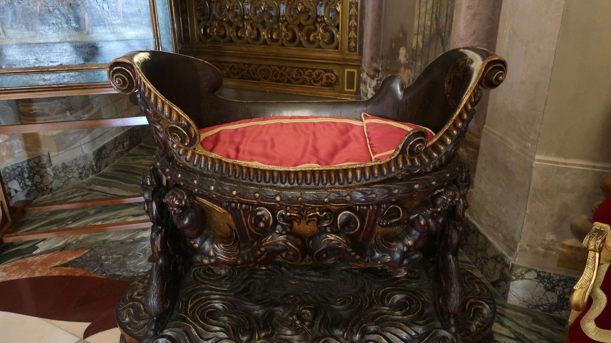 木製揺りかご。17世紀、フィリッポ・コロンナ2世誕生に際して制作。浮き彫りが施され、金箔が貼られました。