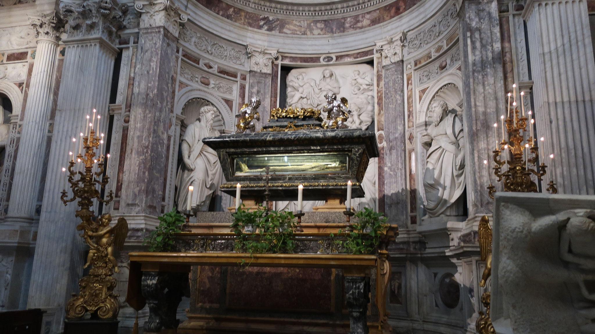 聖ラニエリの棺。ピサの守護聖人。助けを求める全ての人にパンと聖水を与えた事から、「水のラニエリ」とも呼ばれます。