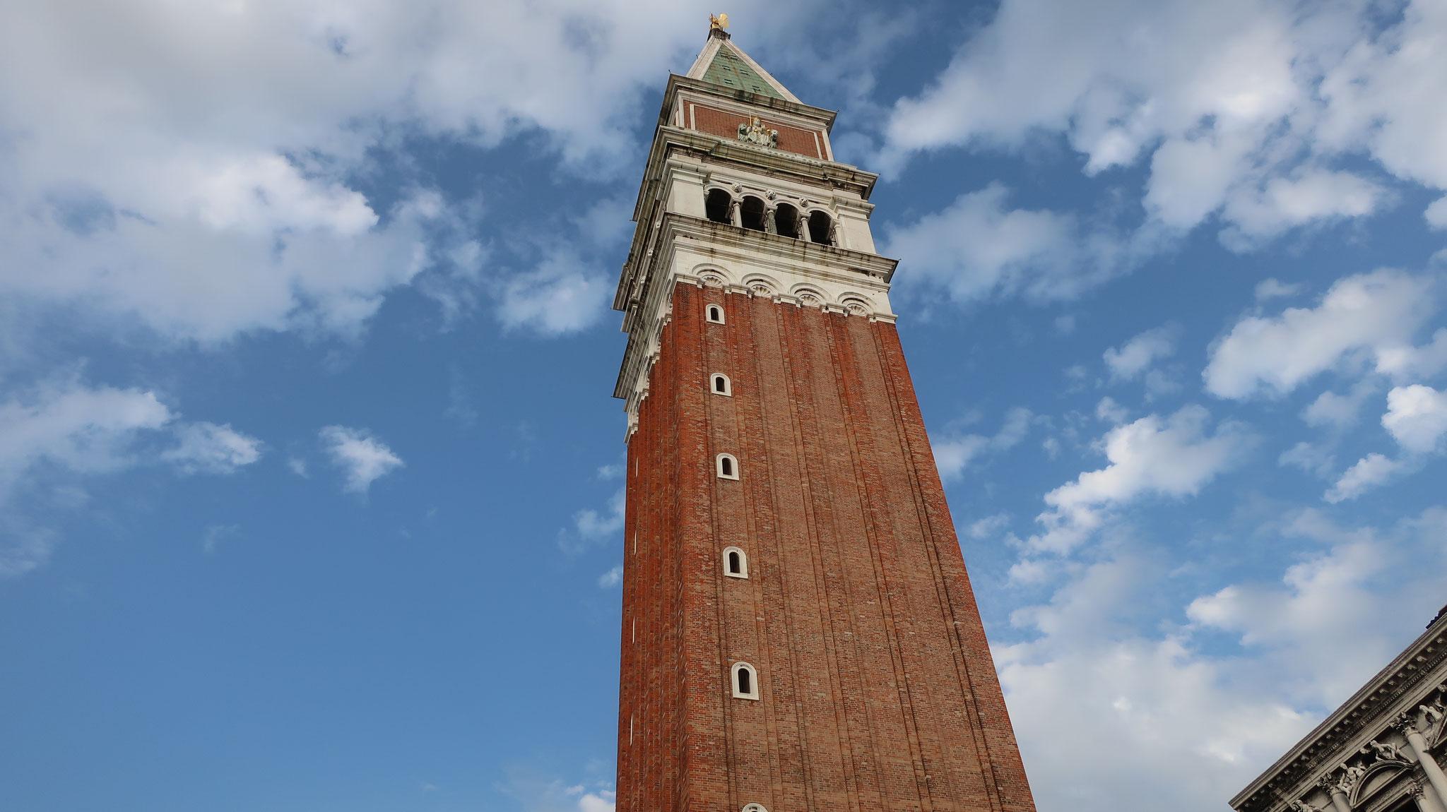 青空に映える鐘楼。