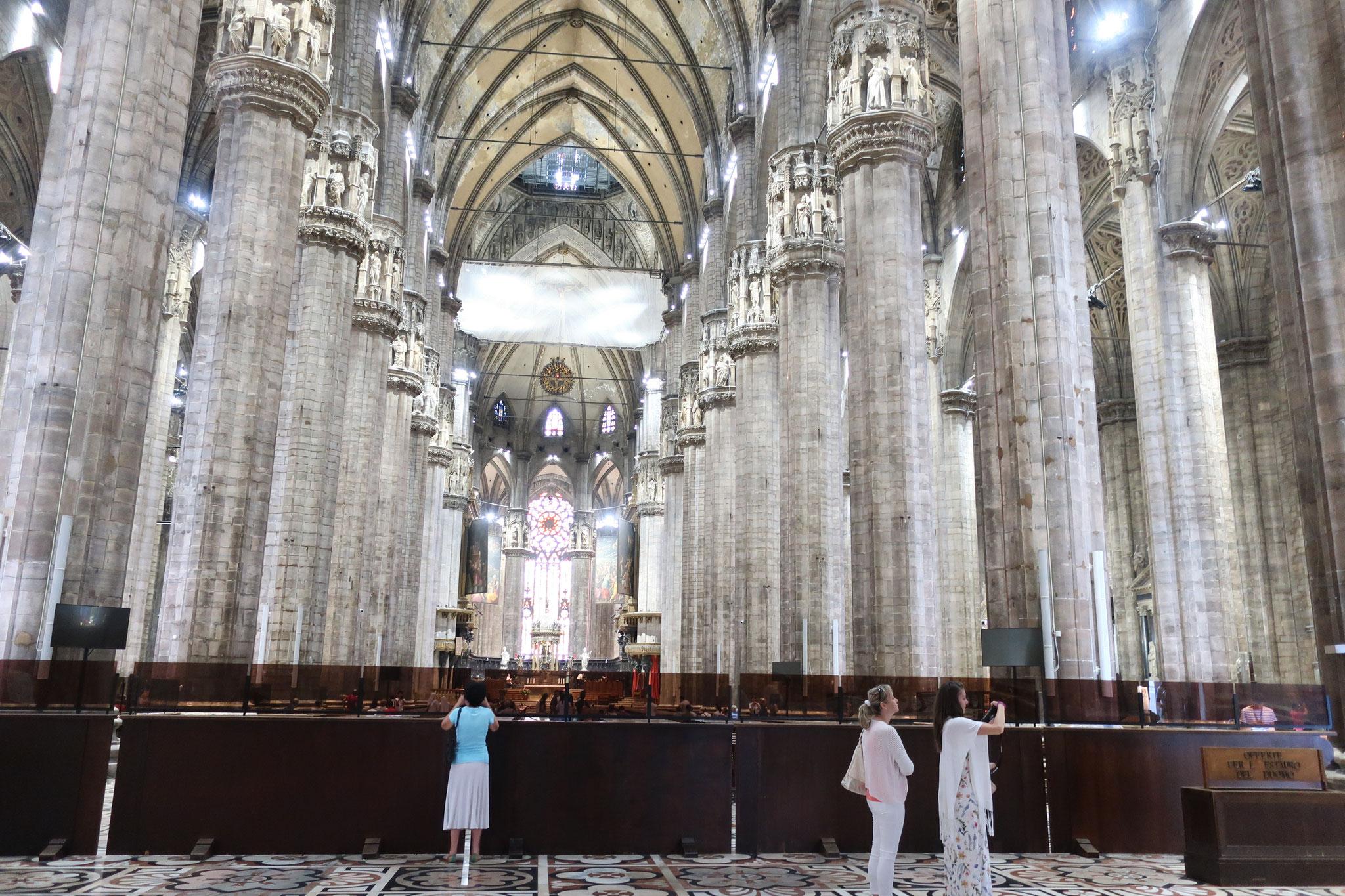 ビックリするほど太い石の柱が天井を支える荘厳な空間が広がります。
