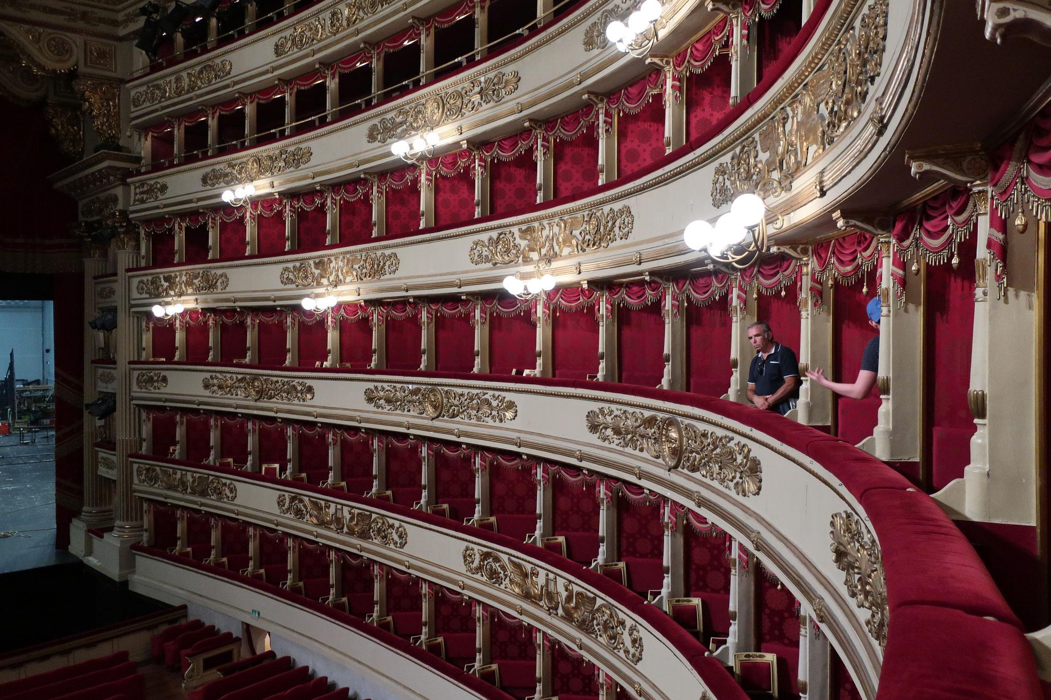 オペラの殿堂「スカラ座」:サンタ・マリア・デッラ・スカラ教会の跡地に建てられたため、スカラ座といいます。