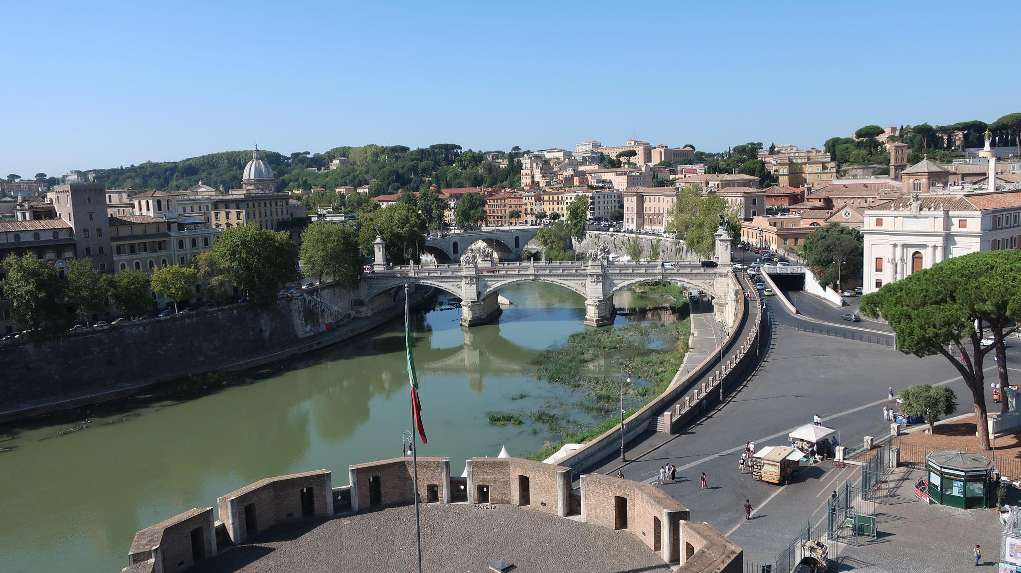 サンタンジェロ城からテヴェレ川を見下ろします。