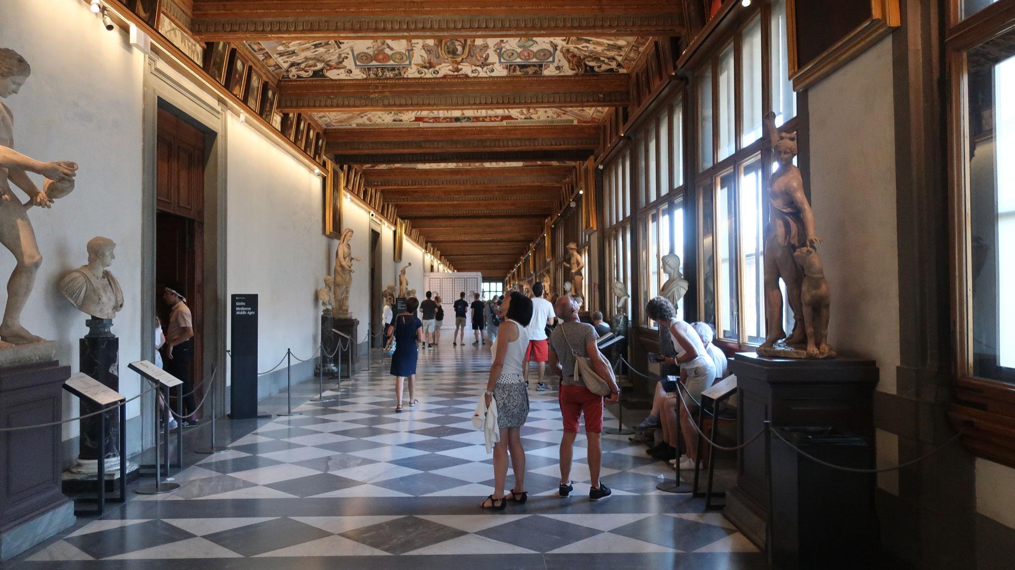 ウッフィツィ美術館。かつて、ディチ家の事務局、フィレンツェ公国の行政局(官庁街)uffici((英) office)がおかれていたのでこの名がつきました。