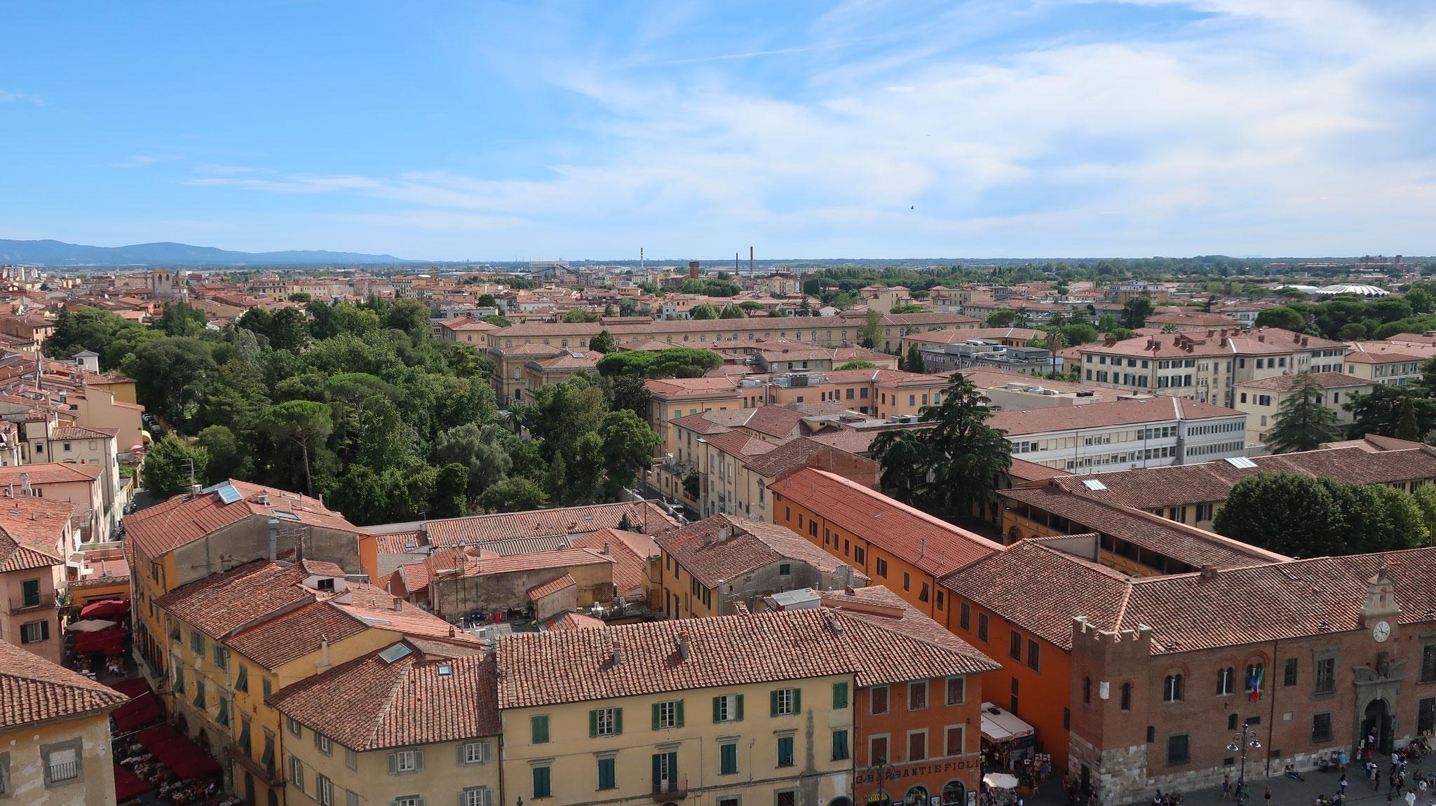 斜塔からピサ市内を眺めます。