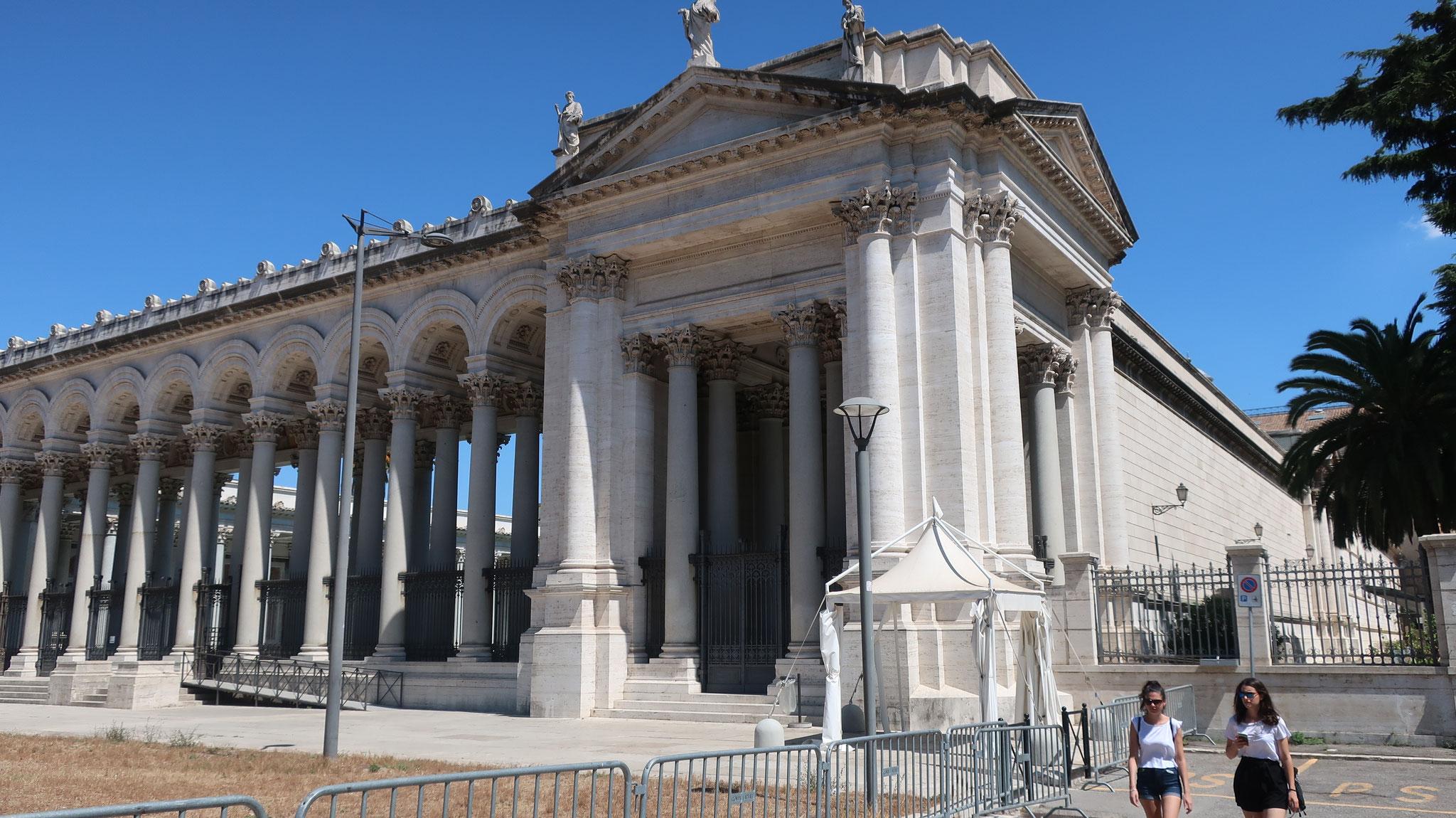 コンスタンティヌス大帝により、聖パウロの墓の上に建てられました。