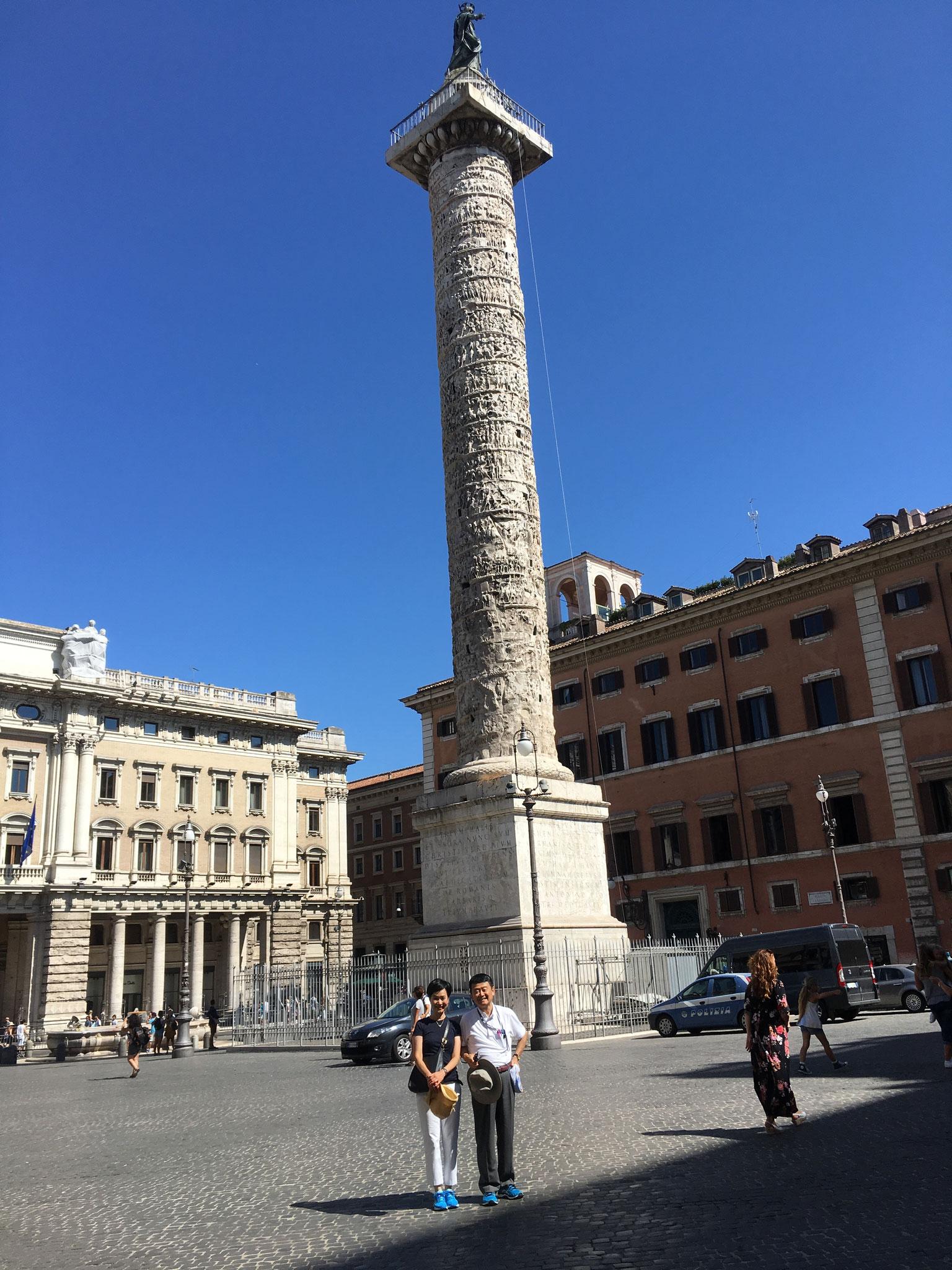 コロンナ広場のマルクス・アウレリウス帝の円柱。皇帝マルクス・アウレリウス・アントニヌスの勝利を記念して2世紀に立てられました。高さ30mの頂上には聖パウロ像。
