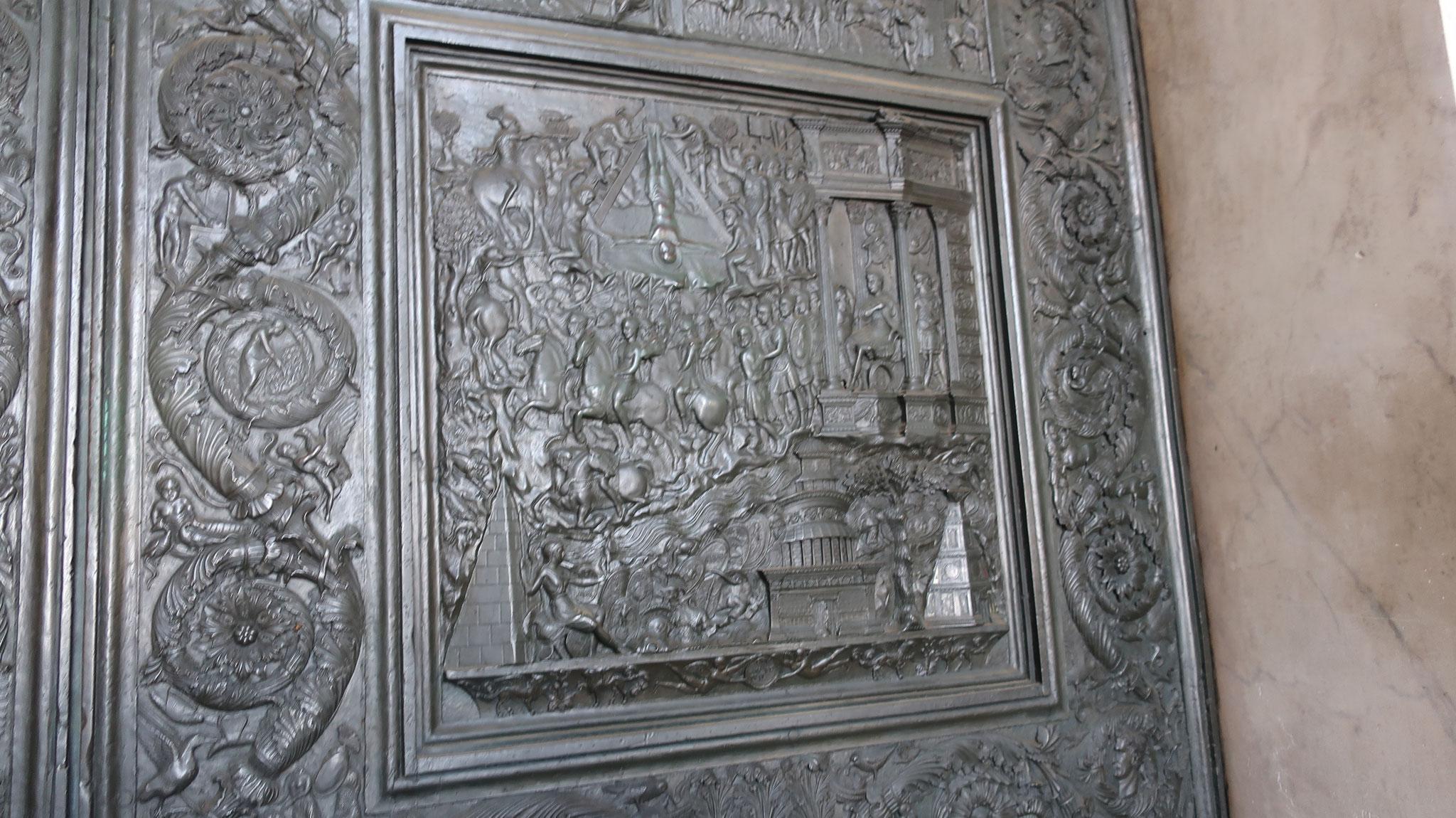 15世紀、フィラレーテ作ブロンズの扉。聖ペトロの逆さ磔。