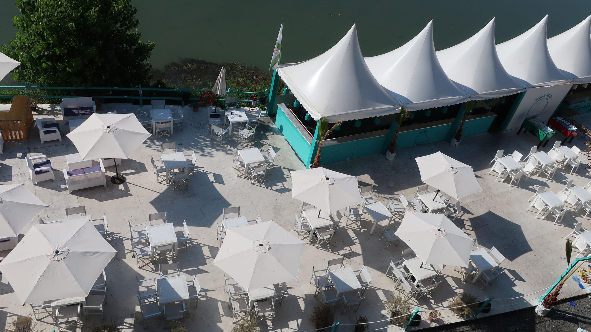 テヴェレ川岸のテラス。「ローマの休日」でダンスパーティーが開かれた場所です。