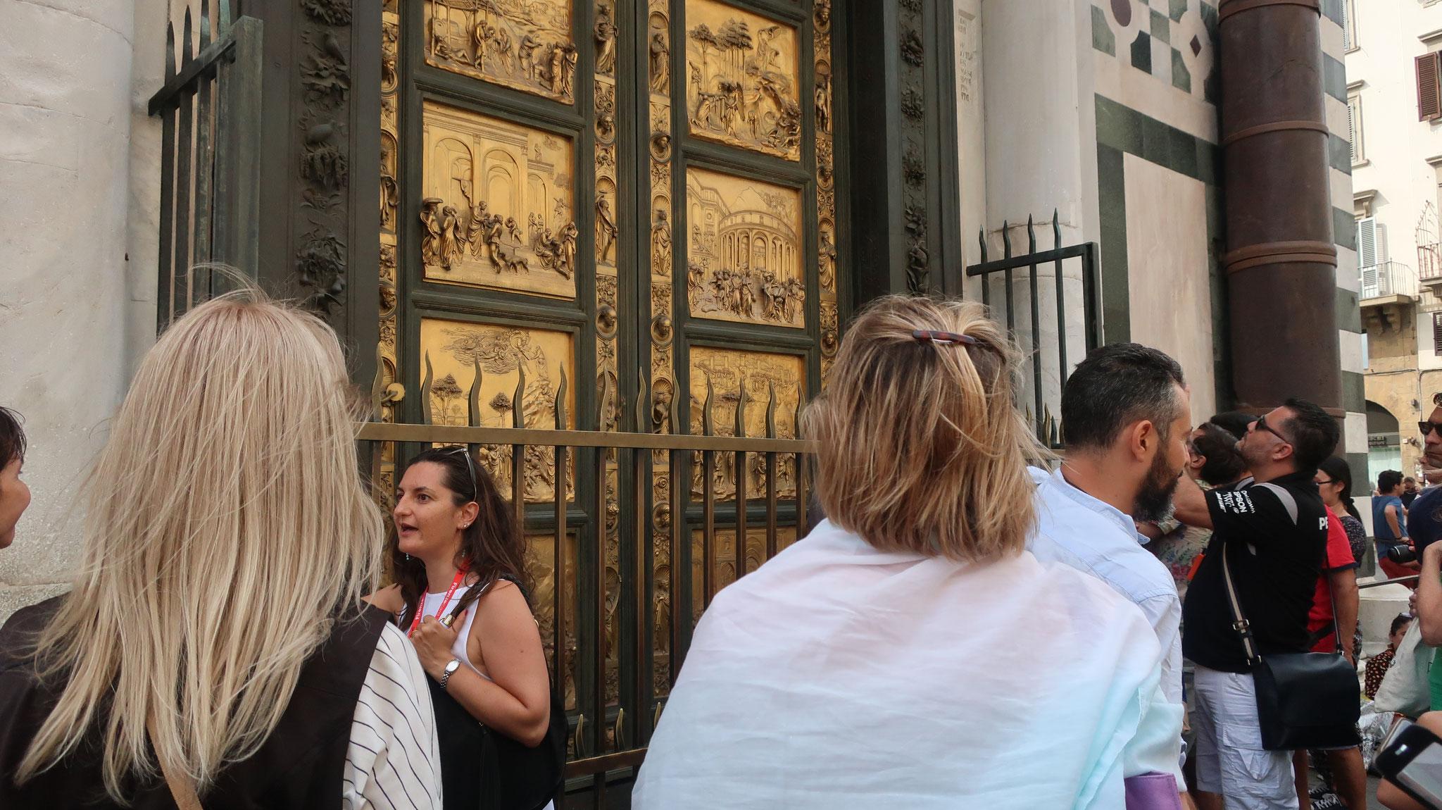 聖ジョヴァンニ洗礼堂の東側の扉。後に、ミケランジェロが「天国の門」と呼び賞賛しました。ただし、これは複製です。