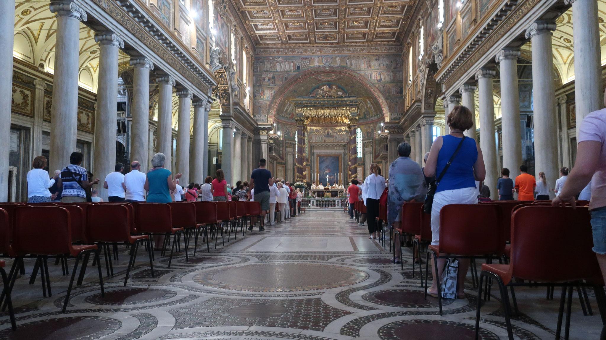 クラシックなバジリカ様式の教会内部。調和と荘厳に満ちています。36本の、古代ローマの神殿から運ぼれた大理石の柱で仕切られています。