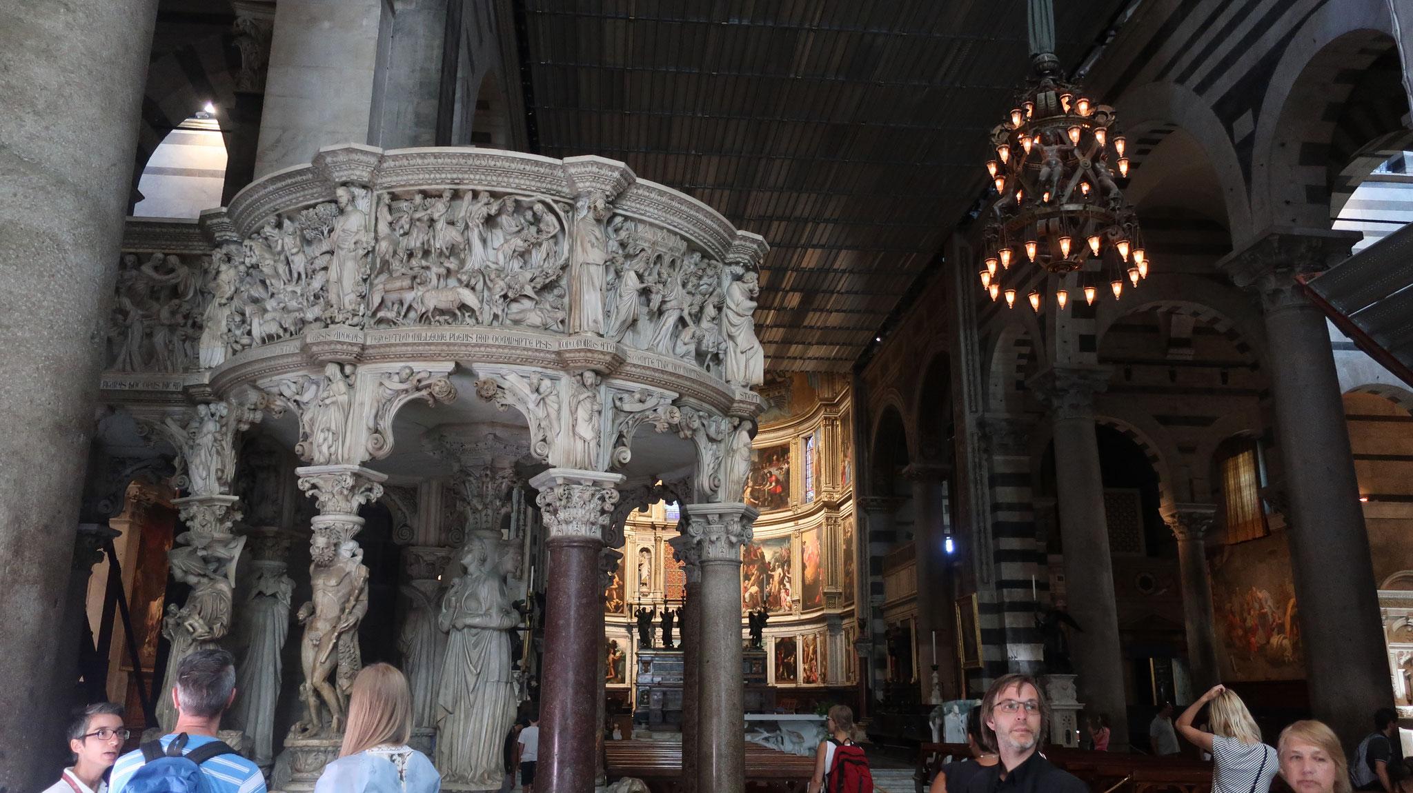 説教壇(14世紀始め、ジョヴァンニ・ピサーノ作)とガリレオのランプ。