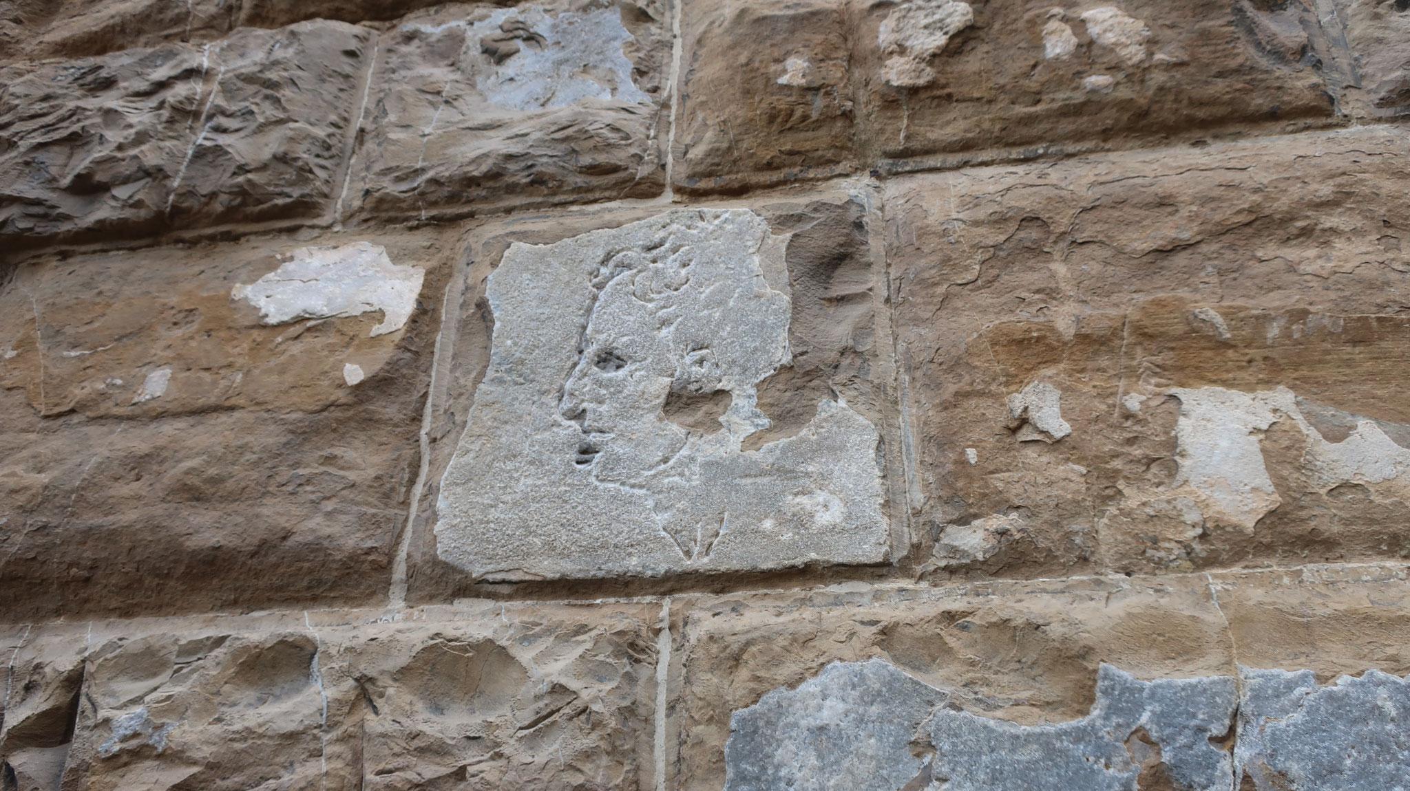 ミケランジェロのいたずら。ミケランジェロがヴェッキオ宮殿の壁に寄りかかりながら腋に挟んだノミで後ろ向きのまま彫ったそうです。