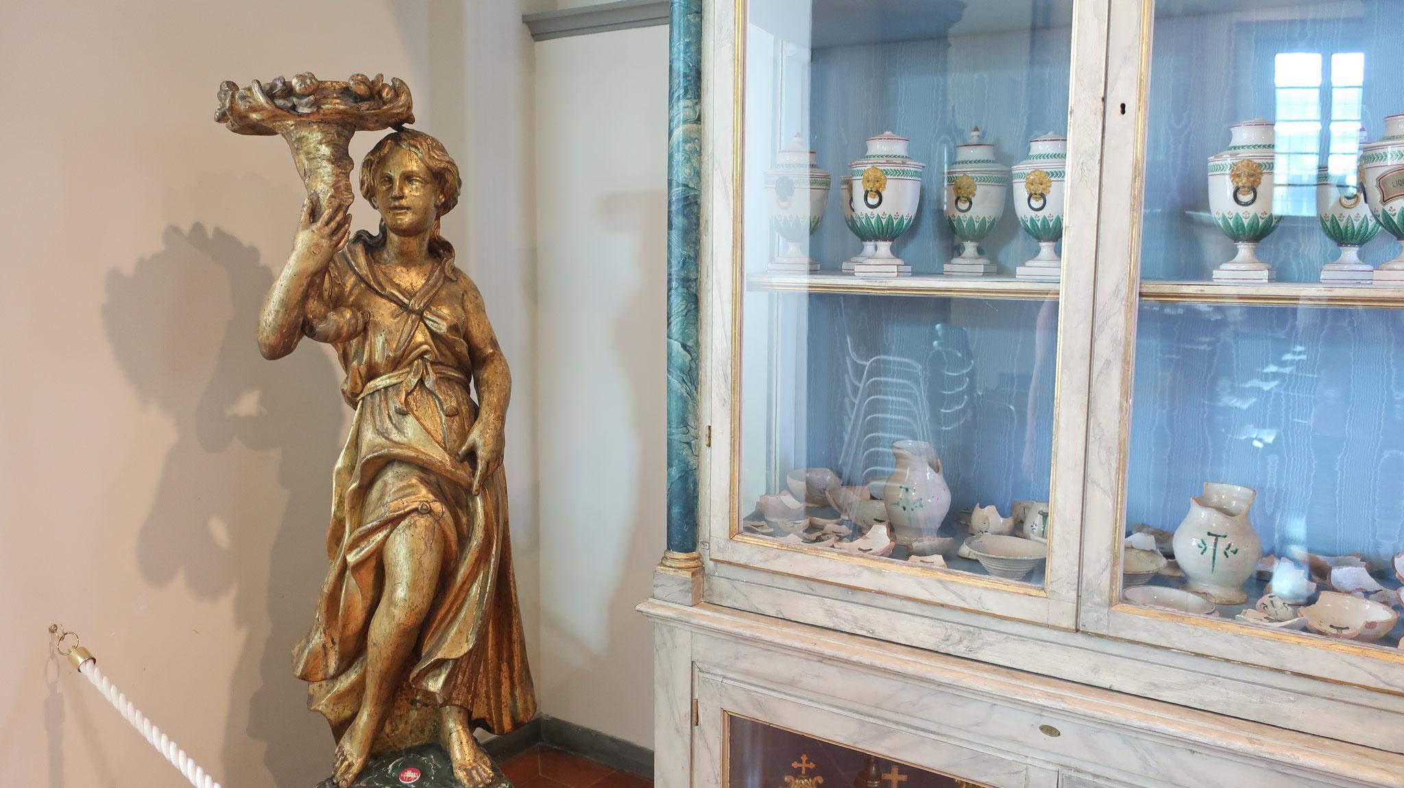 15世紀、ローマ法王マルティーノ5世の訪問を記念した部屋。薬の瓶が並びます。