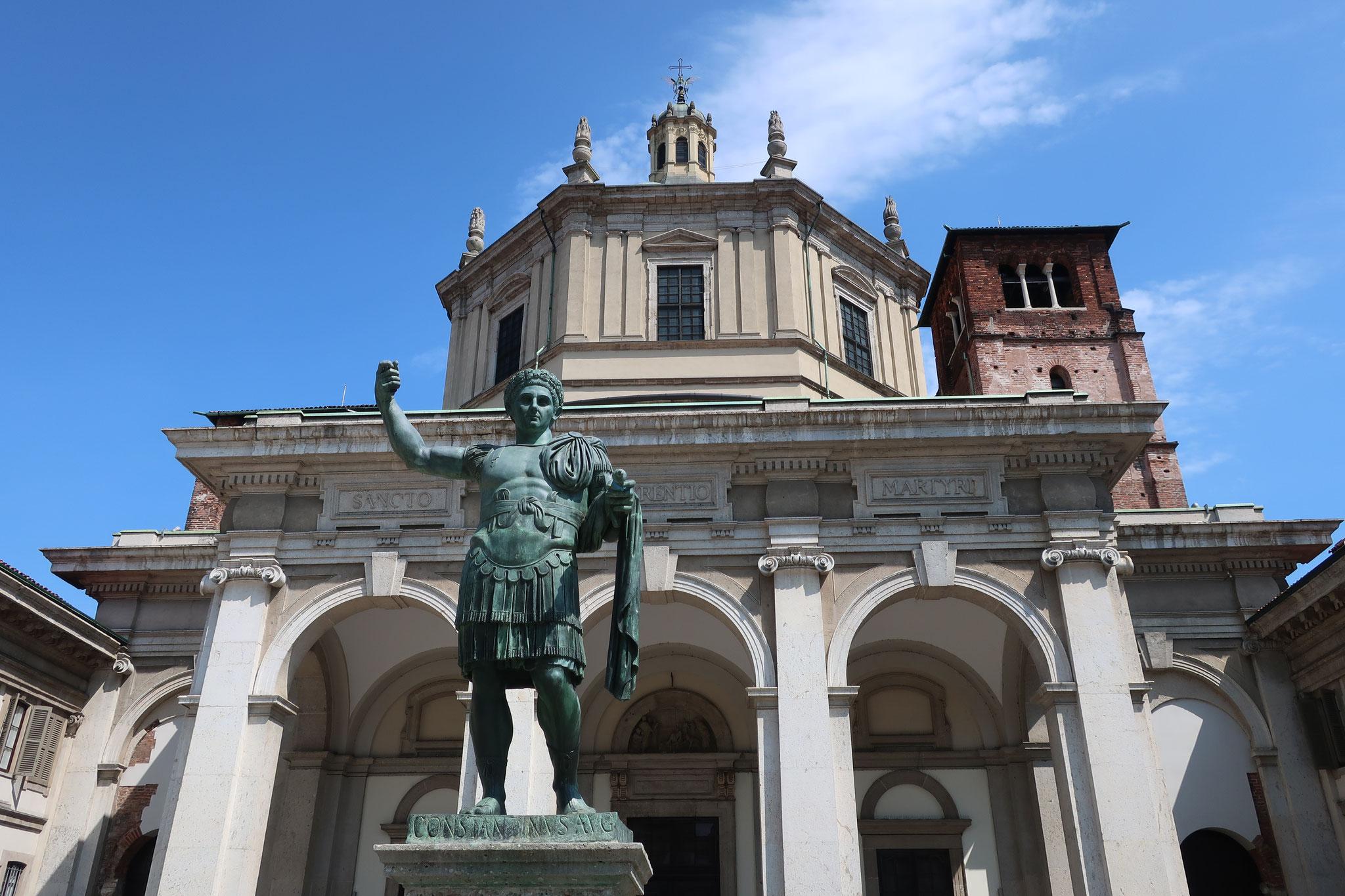 サン・ロレンツォ・マッジョーレ教会の前に立つコンスタンティヌス大帝。316年、 「ミラノ勅令」を発してキリスト教を公認しました。