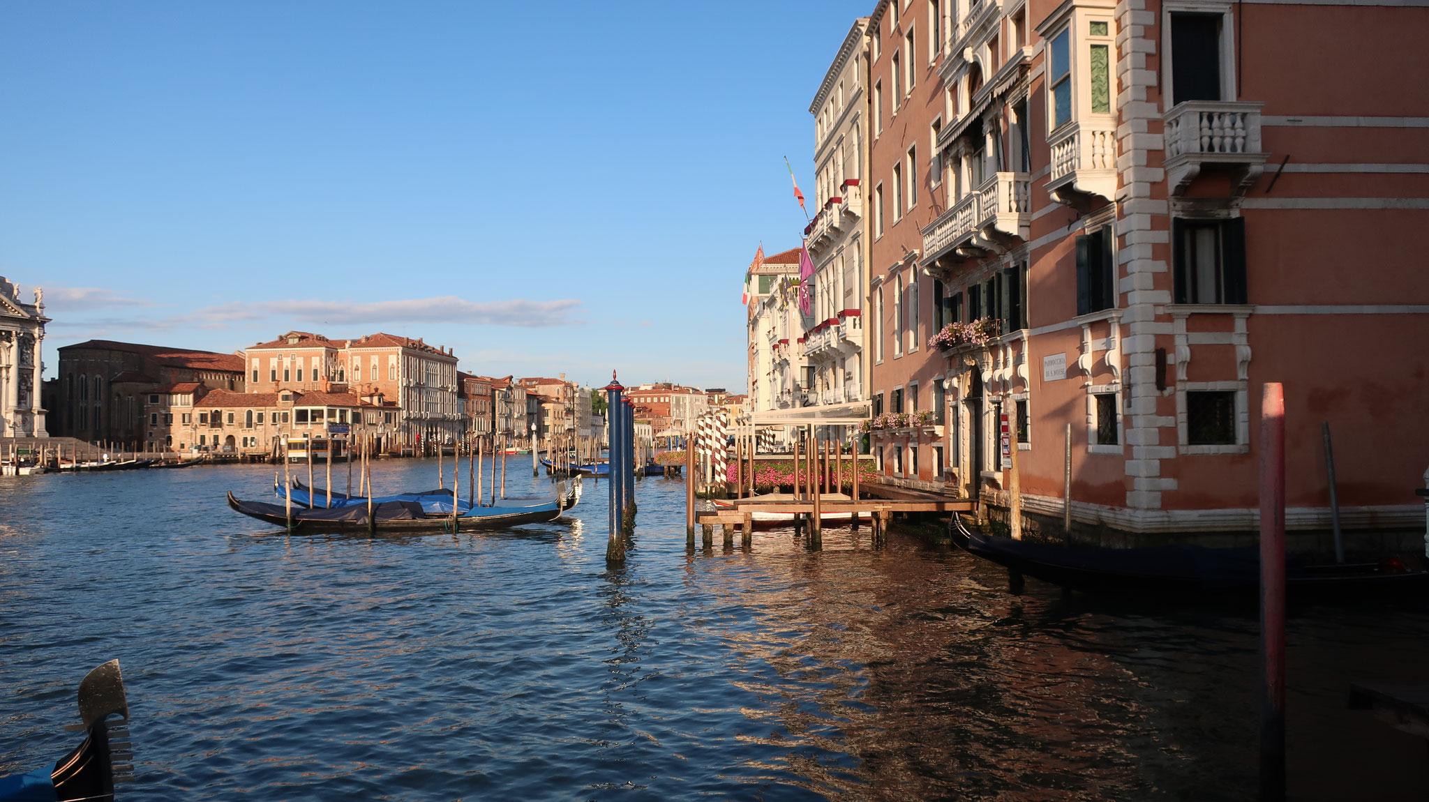 朝日に照らされる大運河