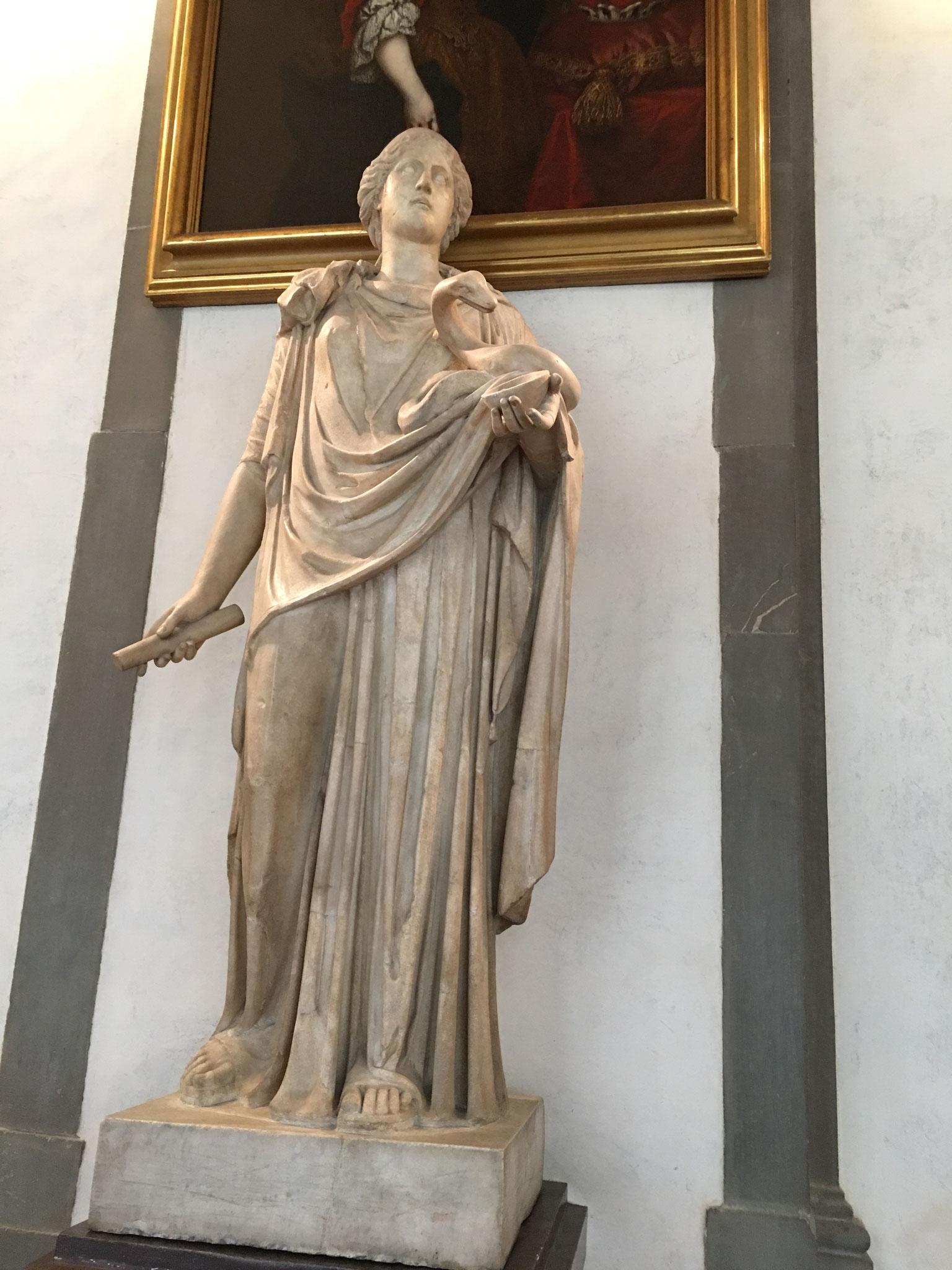 ヒュギエイア。健康・衛生の女神。 医神アスクレピオスの娘、アスクレピオスの蛇に餌をやっています。