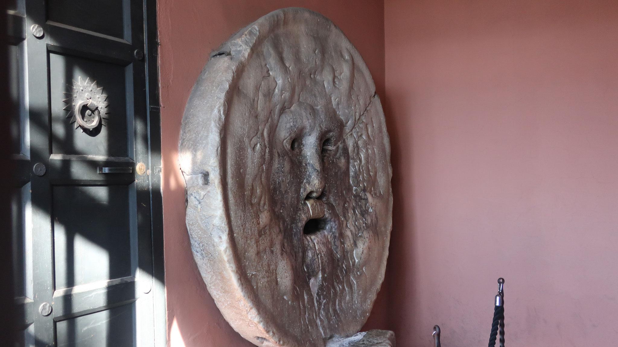 牧神「パン」を描いた、石造りのマンホールの蓋です。