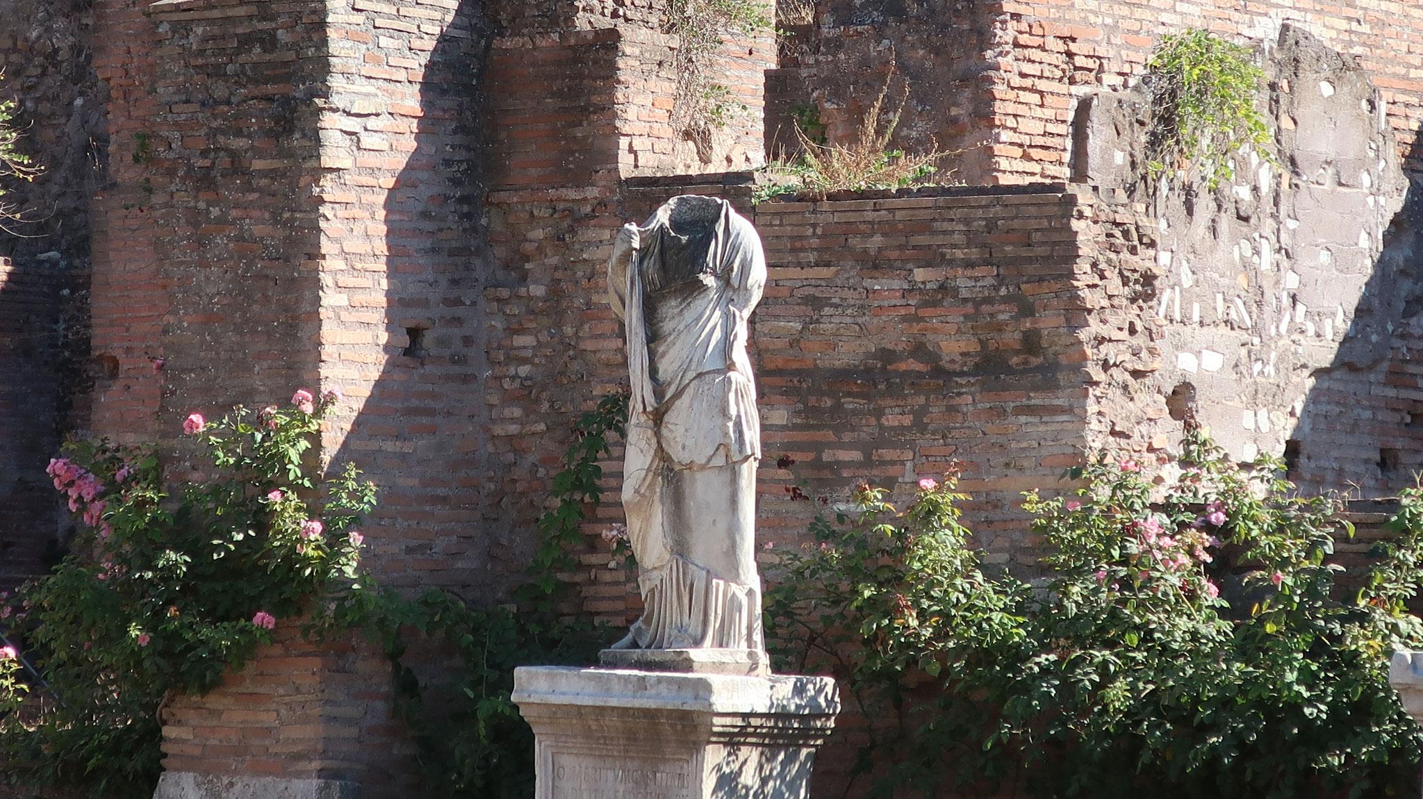 頭部が欠けた巫女「クラウディア」。キリスト教(ローマにとっては異教)に改宗したためだそうです。