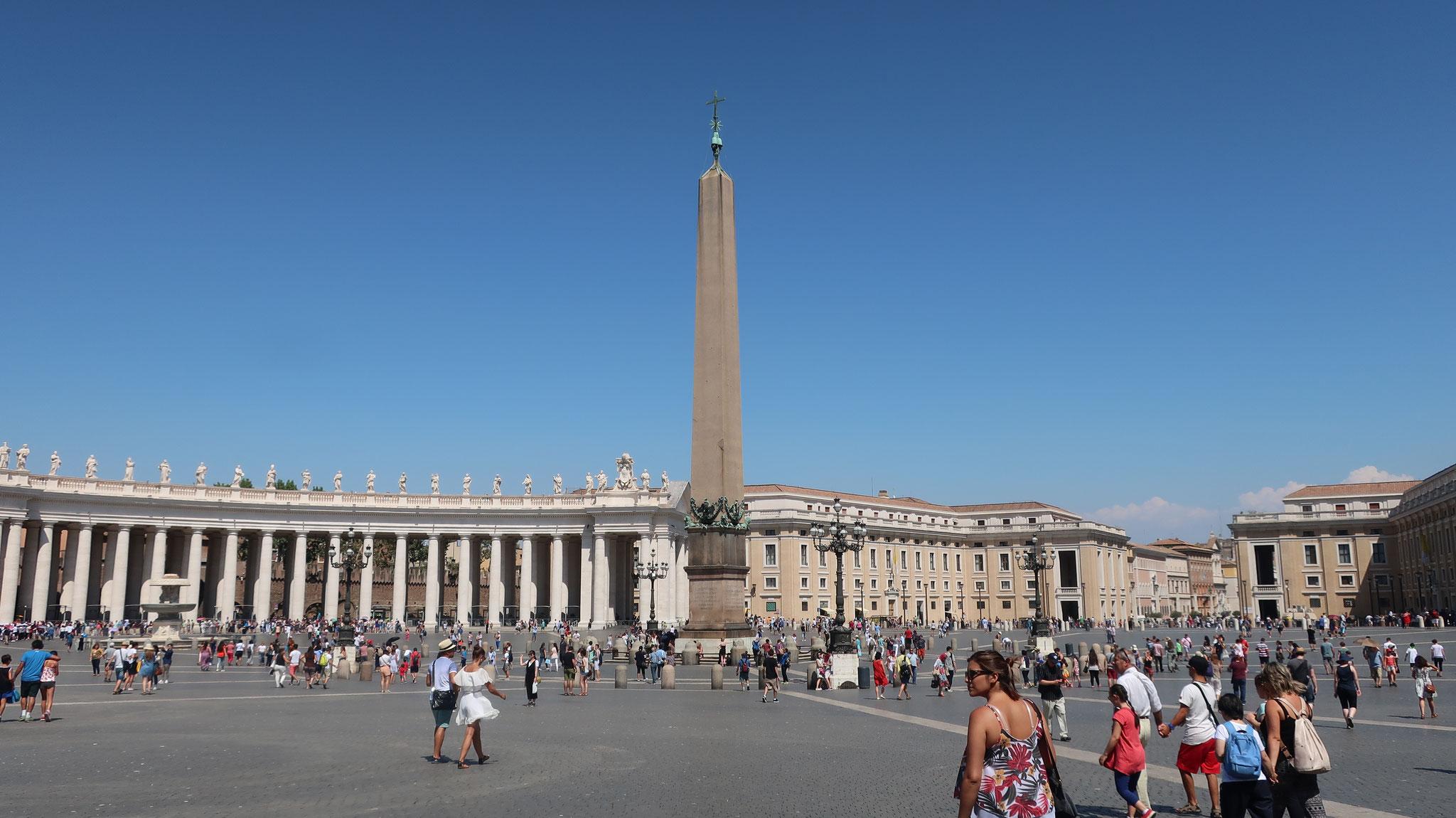 サン・ピエトロ広場。284本のドーリス式円柱に囲まれます。中央のオベリスクはエジプトのへリオポリスから、皇帝カリグラが1世紀にローマに運ばせました。