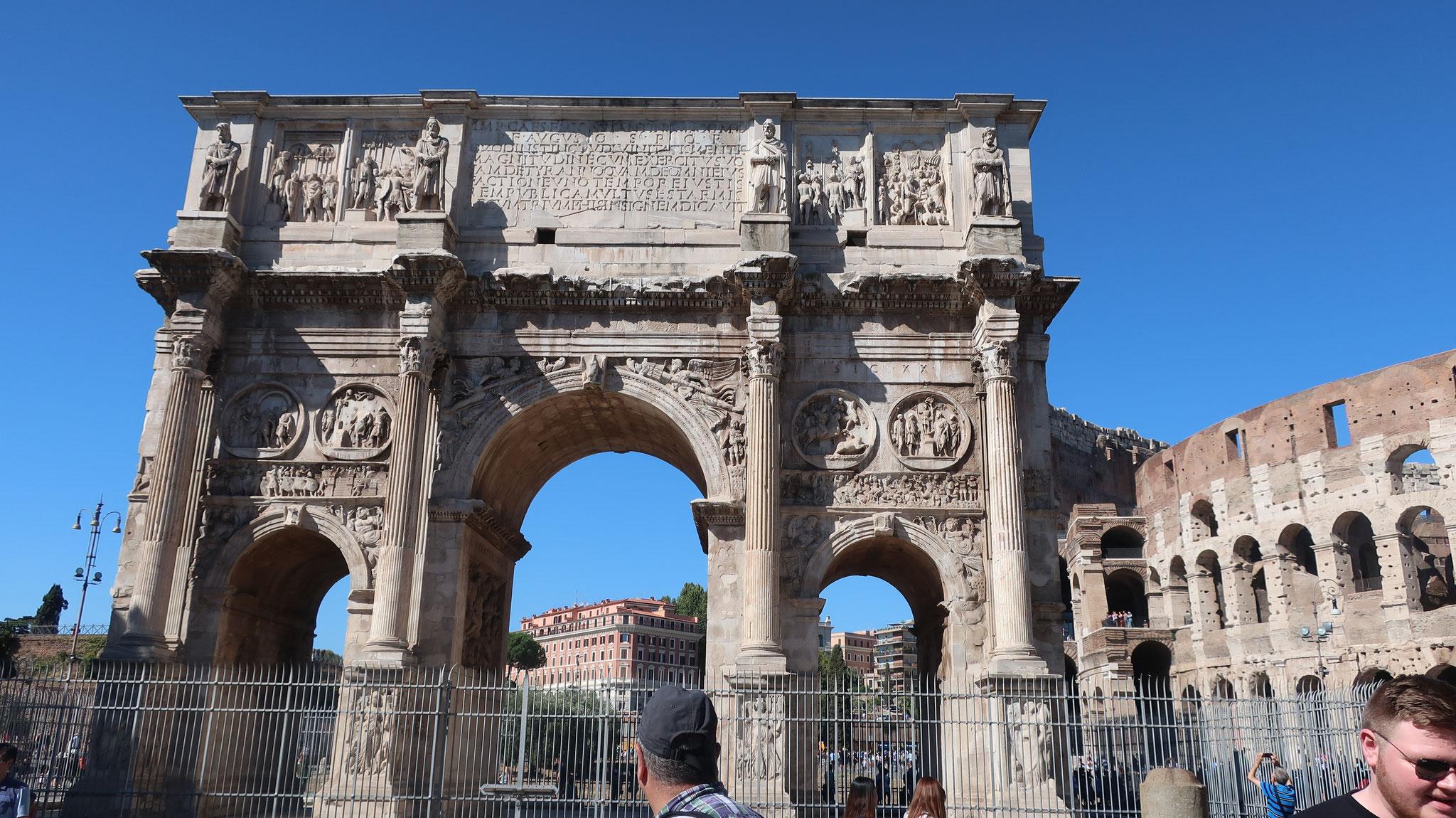 4世紀、コンスタンティヌス大帝がミルヴィオ橋の戦いにおいて、マクセンティウス帝に勝利したのを記念して建てられました。 パリにあるナポレオンの凱旋門(19世紀)より1500年も前に建造されたのです。