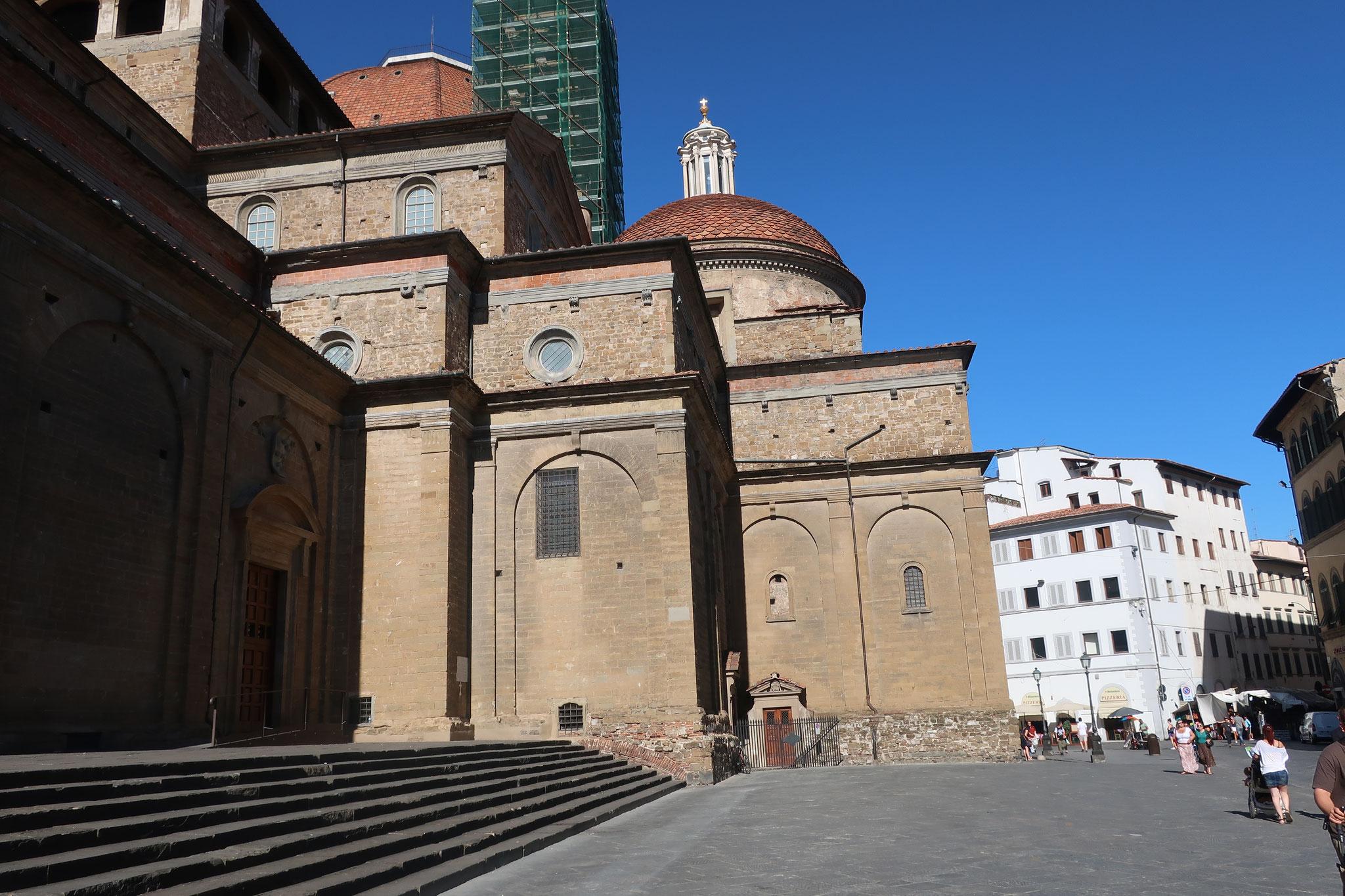 サン・ロレンツォ教会。15世紀建築。メディチ家代々の菩提寺です。