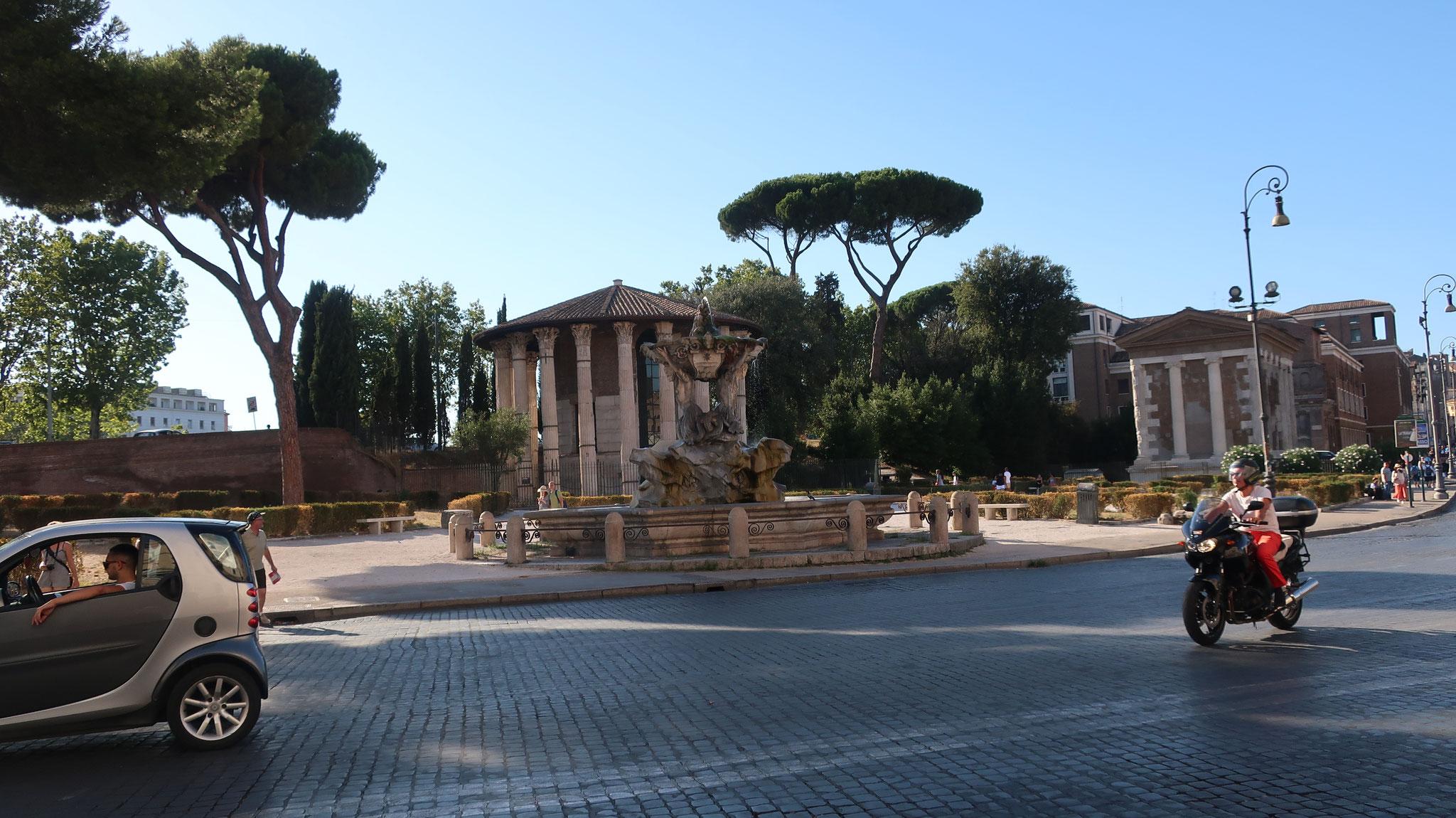 真実の口広場。正面にトリトーンの噴水とヴェスタの神殿、右に フォルトゥーナの神殿。