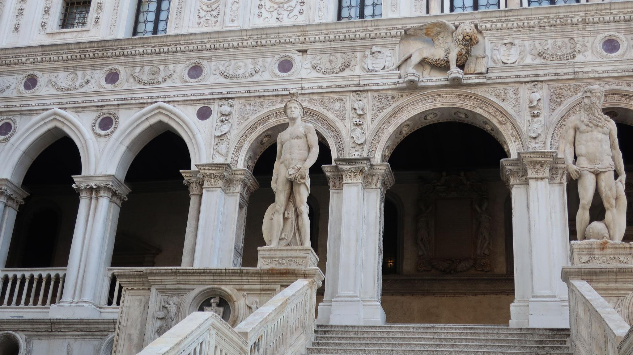 真上に、有翼のライオン。巨人は、左:「軍神マルス」、右:「海の神ネプチューン」。サンソヴィーノが16世紀に制作。