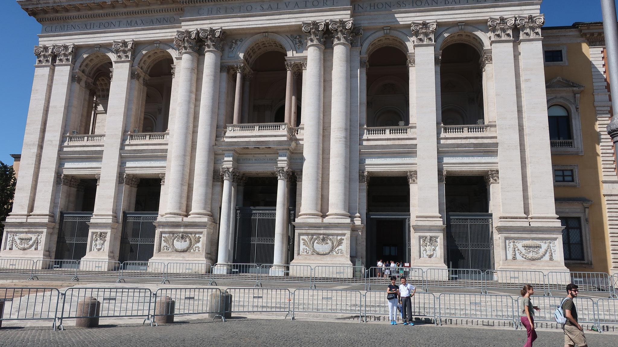 ローマで、そして世界で、最も重要で由緒ある教会。教皇庁がヴアティカンに移るまで、長い間カトリック教会の中心的存在でした。人物と比較すると大きさが判ります。