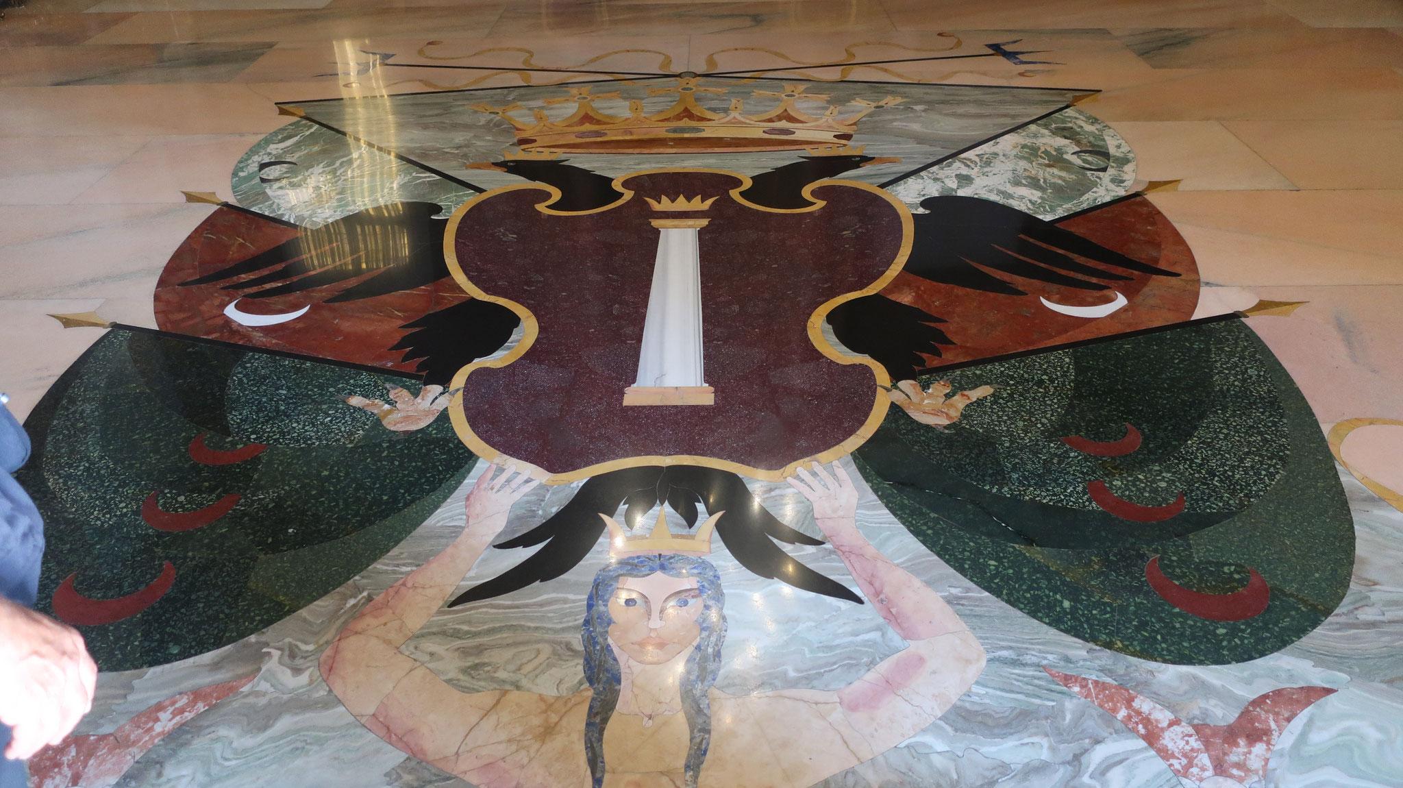 フェステ(宴)の間の床にもコロンナ家の紋章