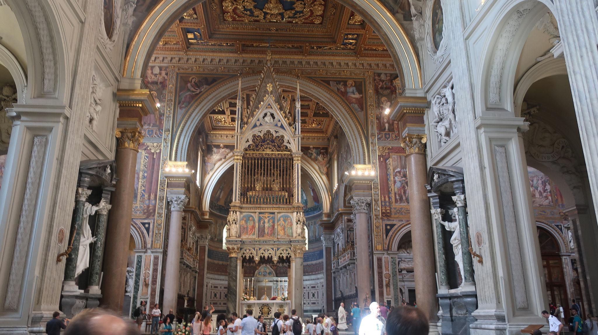 法王専用の祭壇。上部に聖ペトロと聖パウロの頭部が収められているそうです。