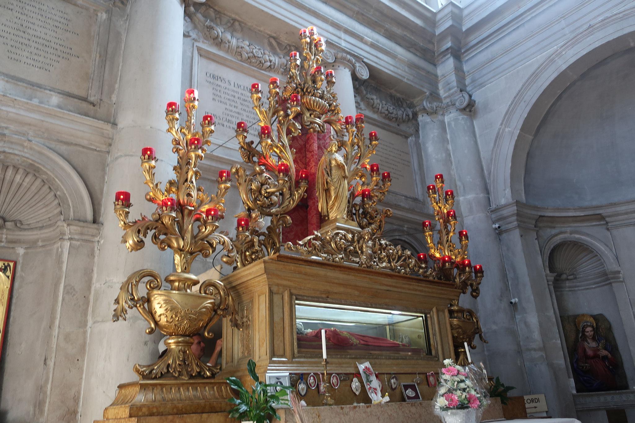 聖ルチア(サンタ・ルチア)のご遺体が祀られています。