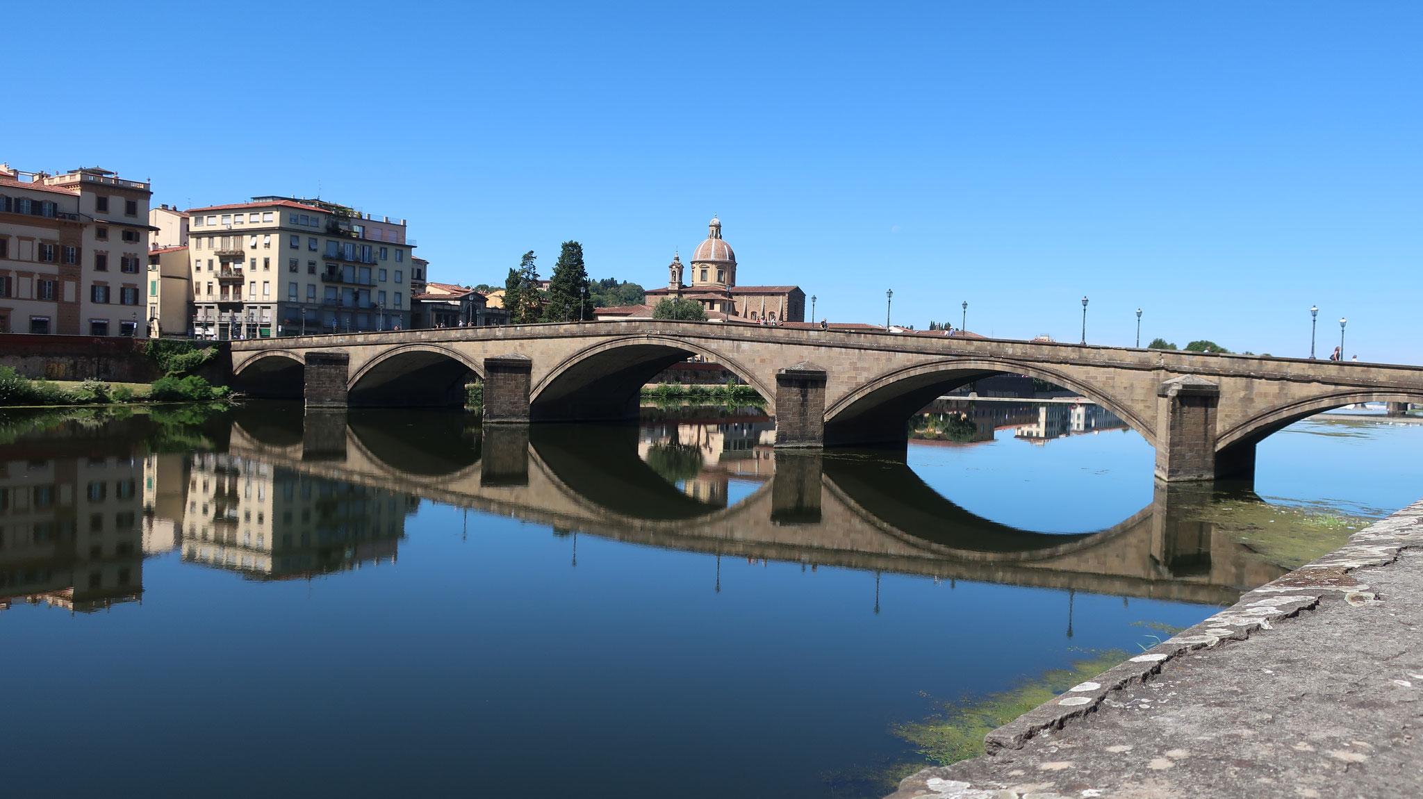 アルノ川に架かるカッライア橋(「馬車が通行可能な」橋)。橋の中央に向かって傾斜が大き過ぎるという理由で、フィレンツェ市民の評判は悪く、あだ名は「せむしの橋」。