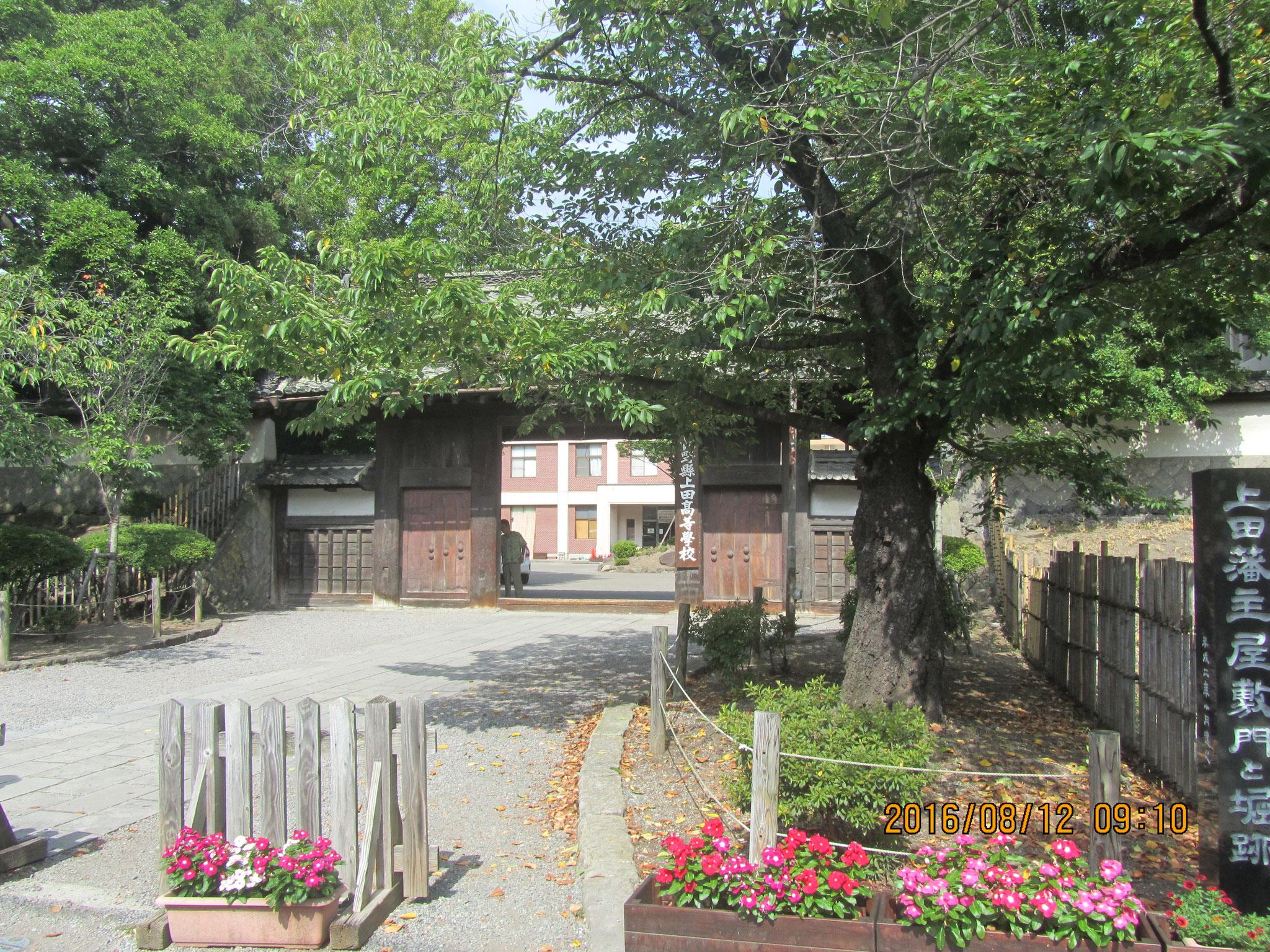 上田藩主の居館(きょかん)跡(あと)。関ヶ原の合戦の後、上田城は廃城とされました。そこで、勝った東軍に付いていた真田信之が上田に戻った際、ここに居を構えました。現在は上田高校が建っています。