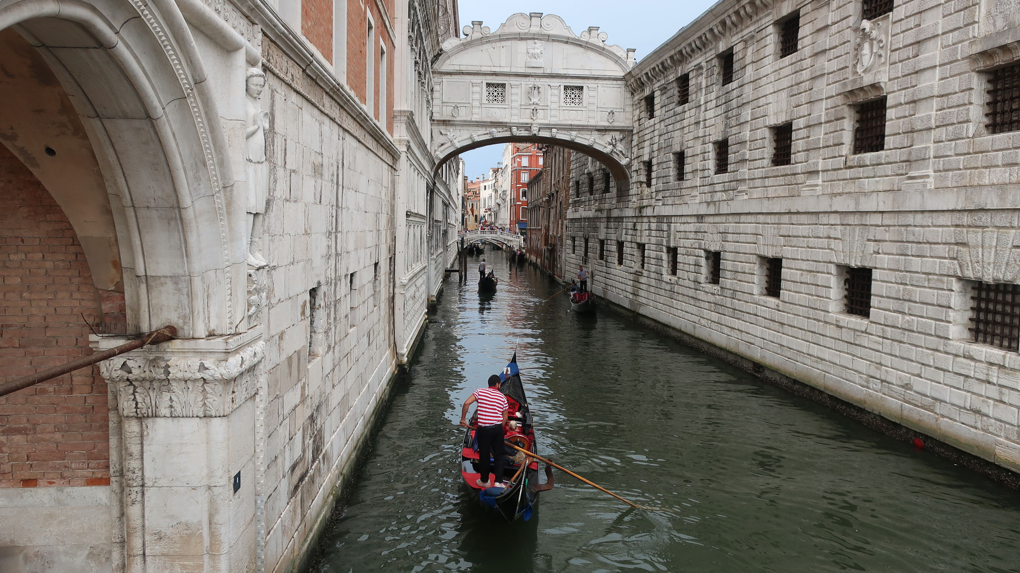 ドゥカーレ宮殿と牢獄をつなぐ「溜息の橋」