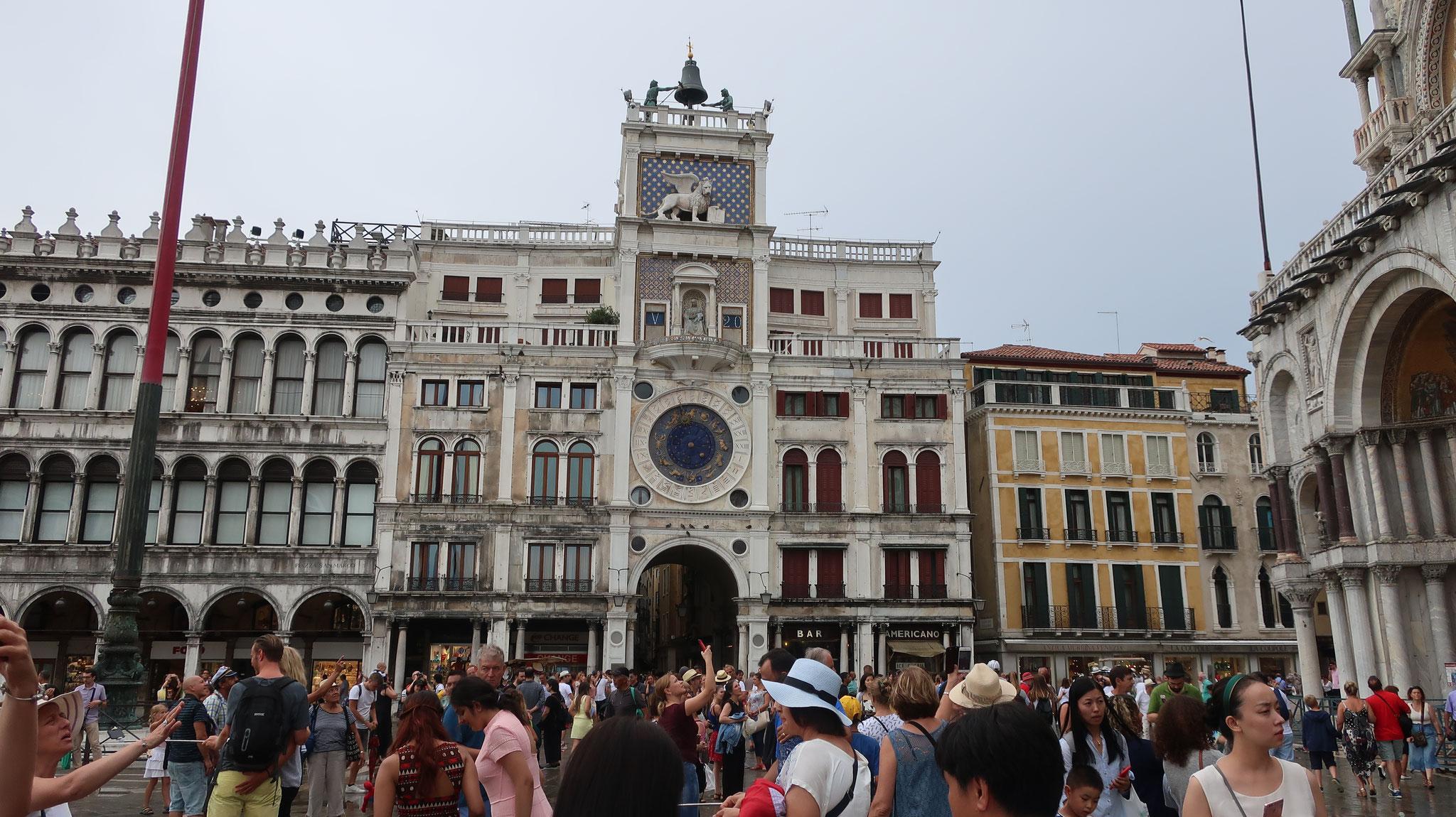 時計塔。天文時計と呼ばれます。 外周部分に24時間表示、内周部分には12星座が彫り込まれている。 水の都ヴェネツィアにおいて、航海の時期や潮の満ち引きを知る事が必要だったからです。