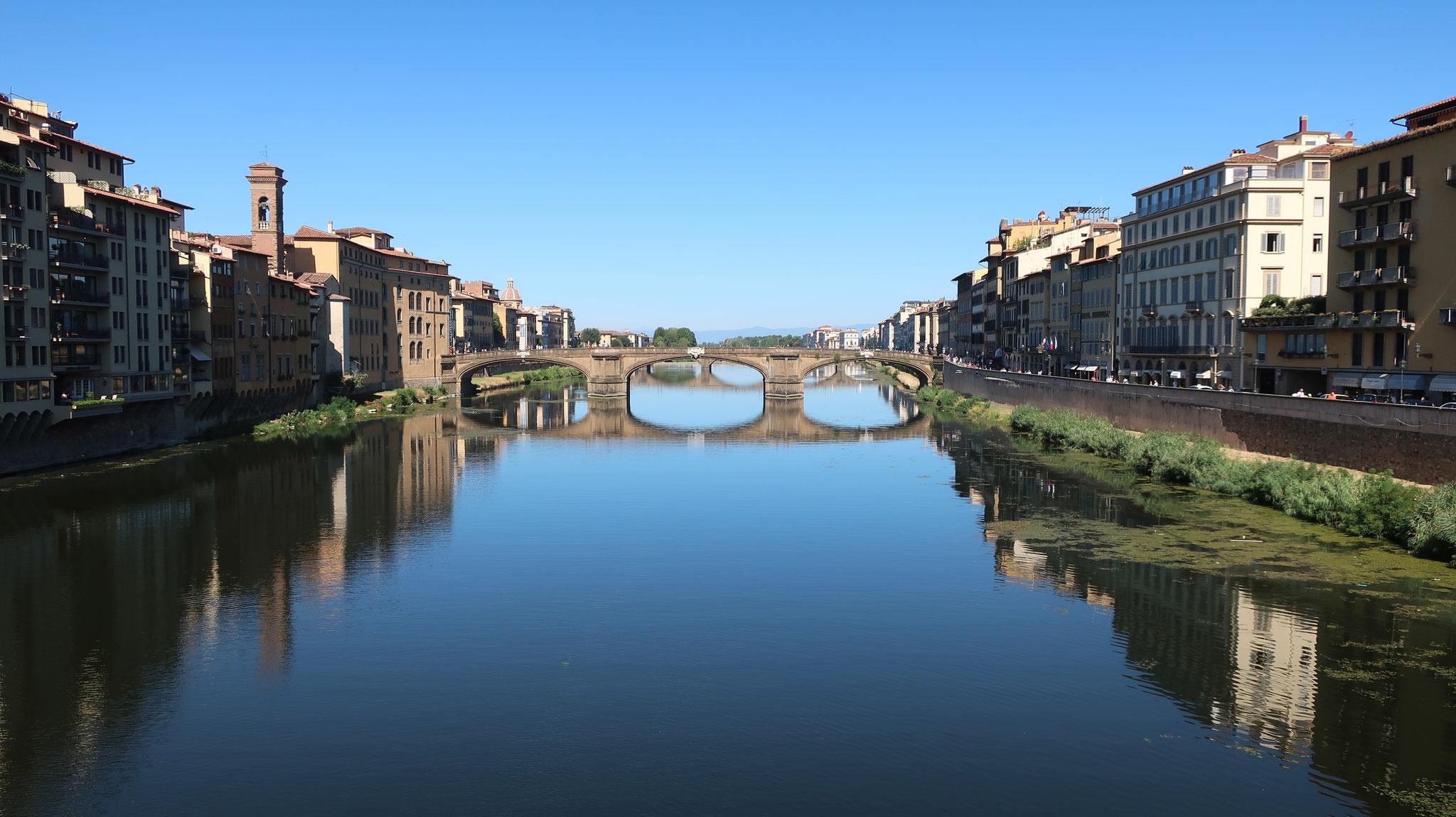 ヴェッキオ橋からアルノ川を望みます。向こうに見えるのはサンタ・トリニタ橋で、世界最古の楕円アーチ橋です。