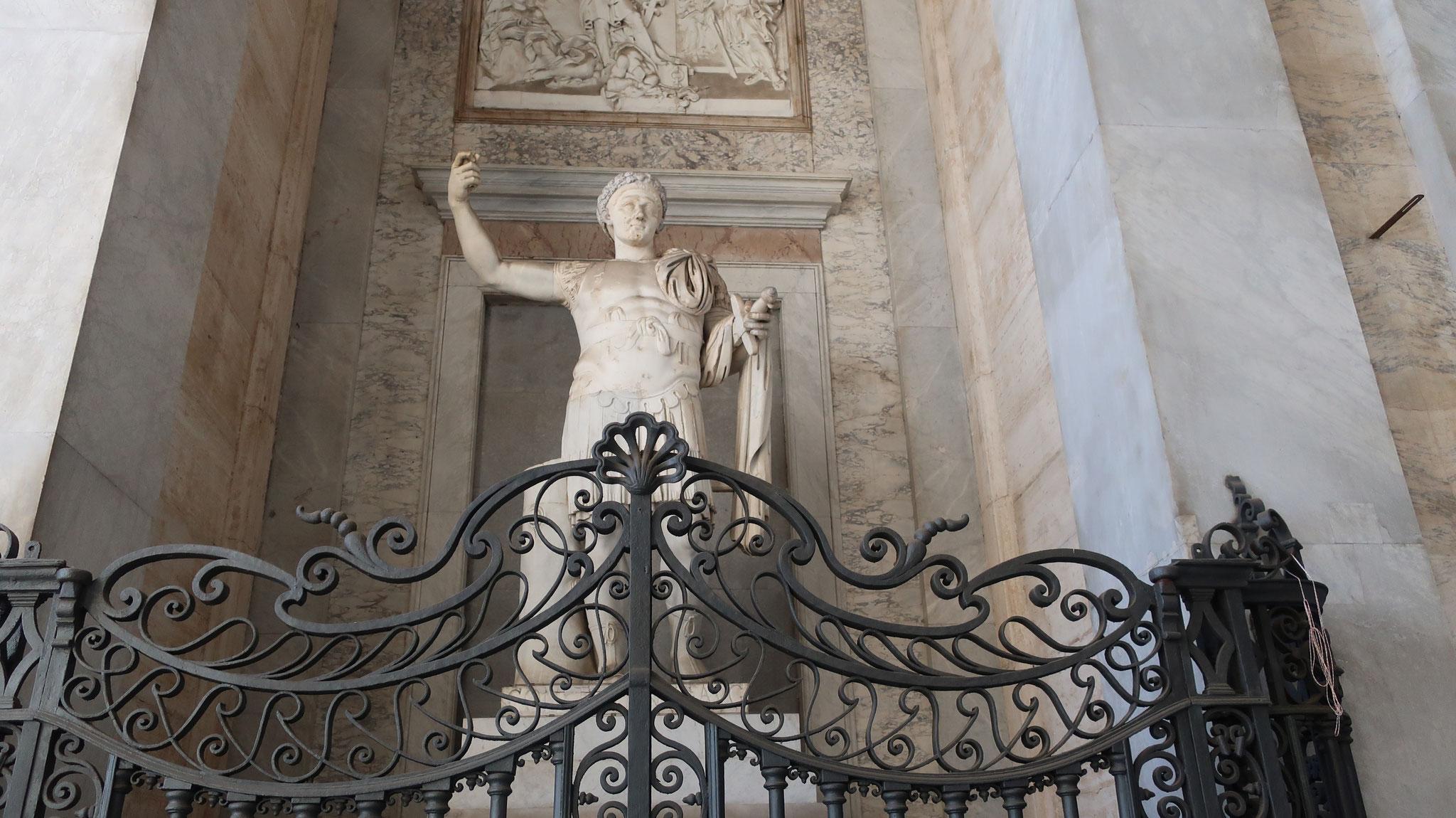 コンスタンティヌス1世(大帝)。313年、ミラノ勅令によりローマ皇帝として初めてキリスト教を公認しました。
