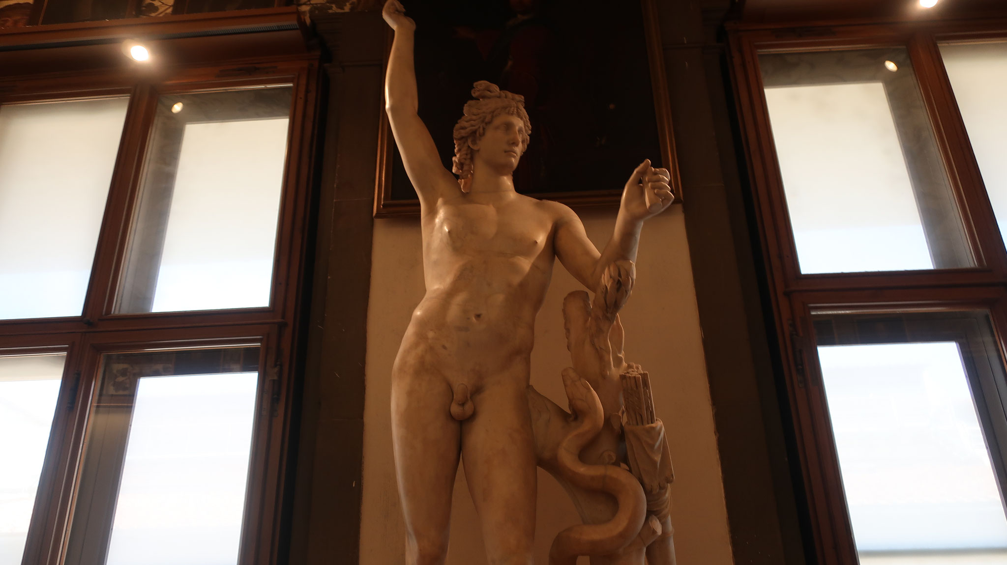 アポロン 。ローマ神話ではヘリオス。ギリシャ神話の「治療の神」 です。蛇は生命のシンボルです。