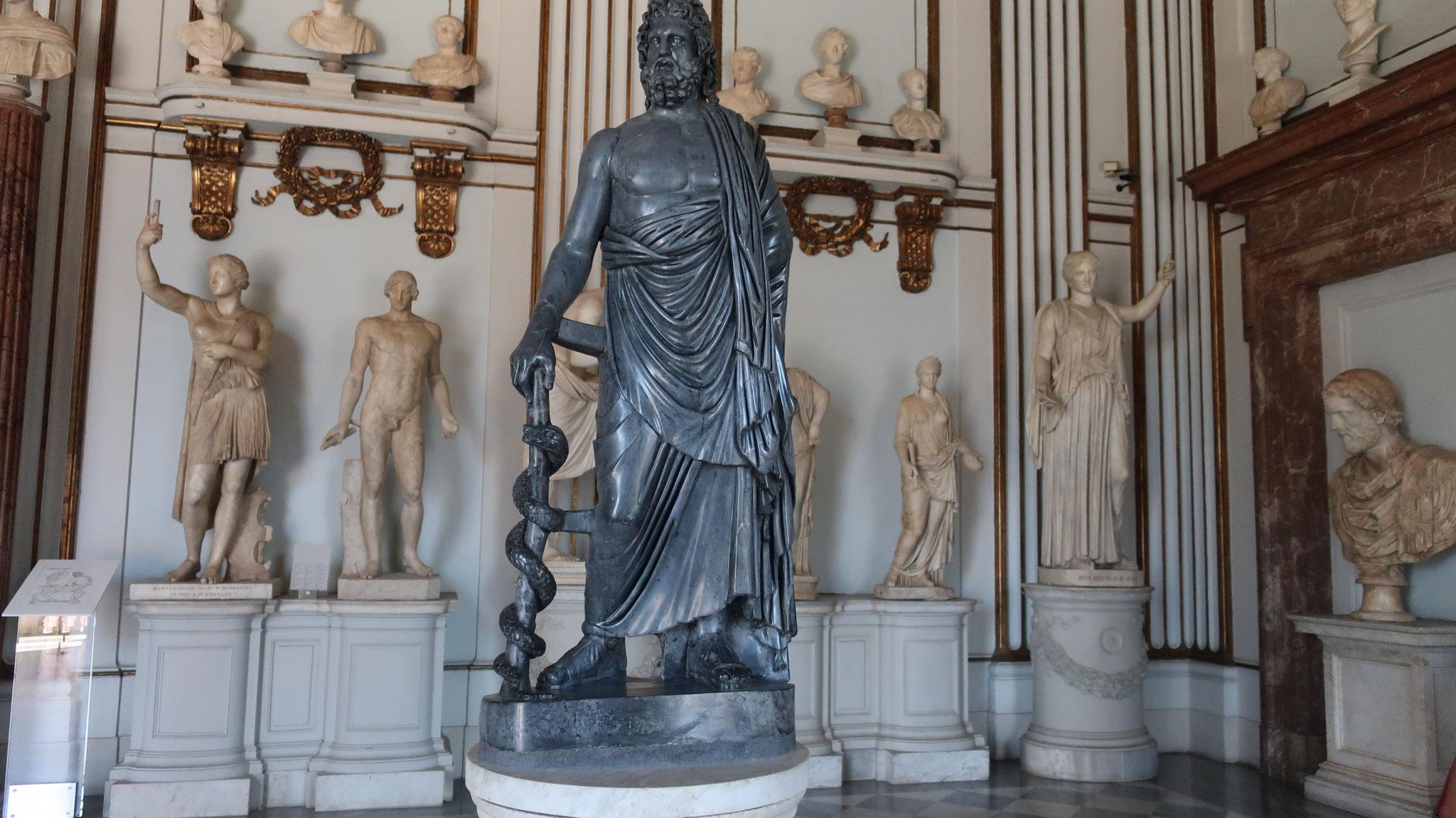 医神アスクレピオス像。生命の象徴である蛇が巻き付いた、アスクレピオスの杖を持ちます。