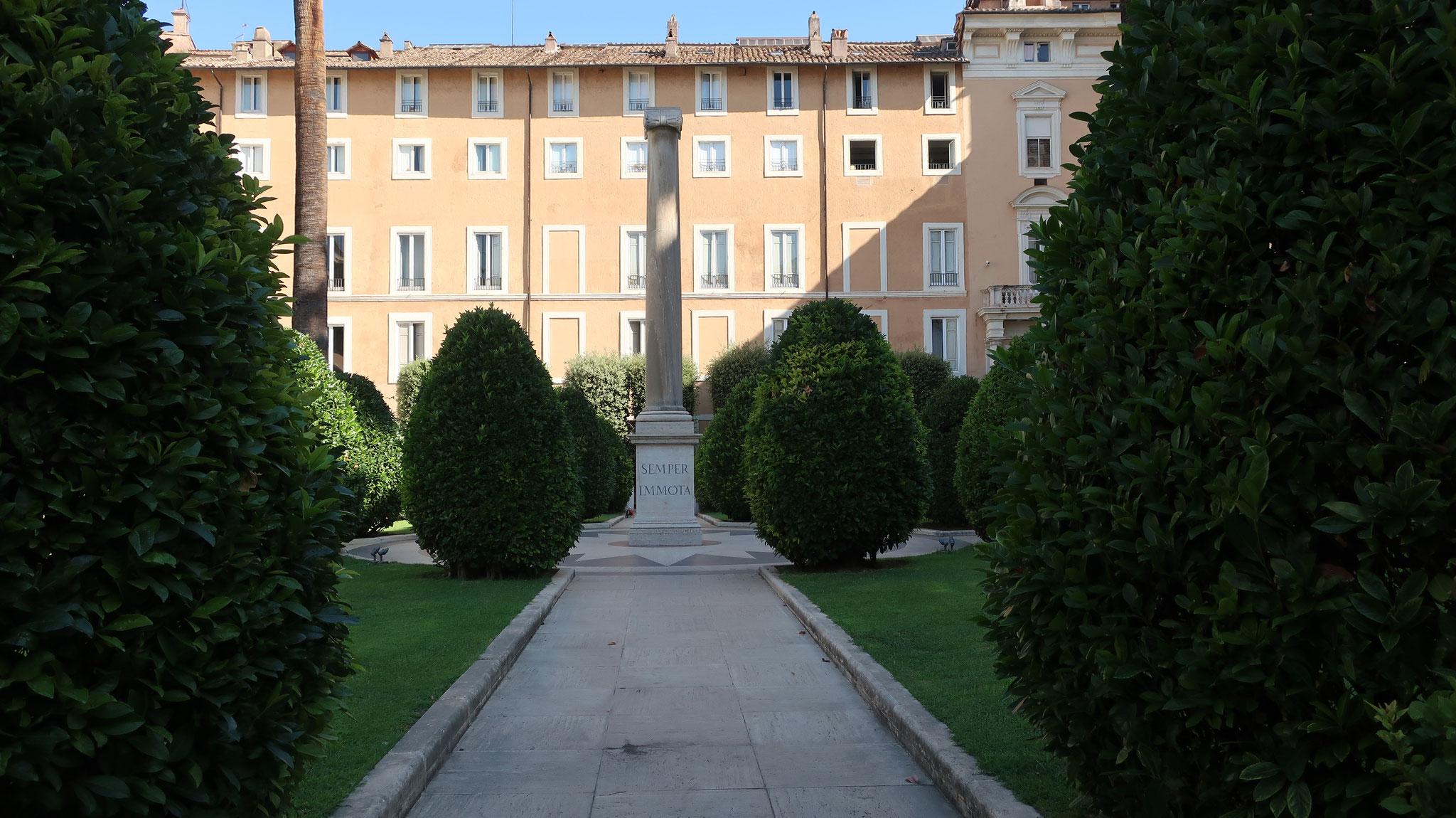 コロンナ宮殿「麗しき喜びの庭」。紋章のコロンナ(円柱)が立ちます。