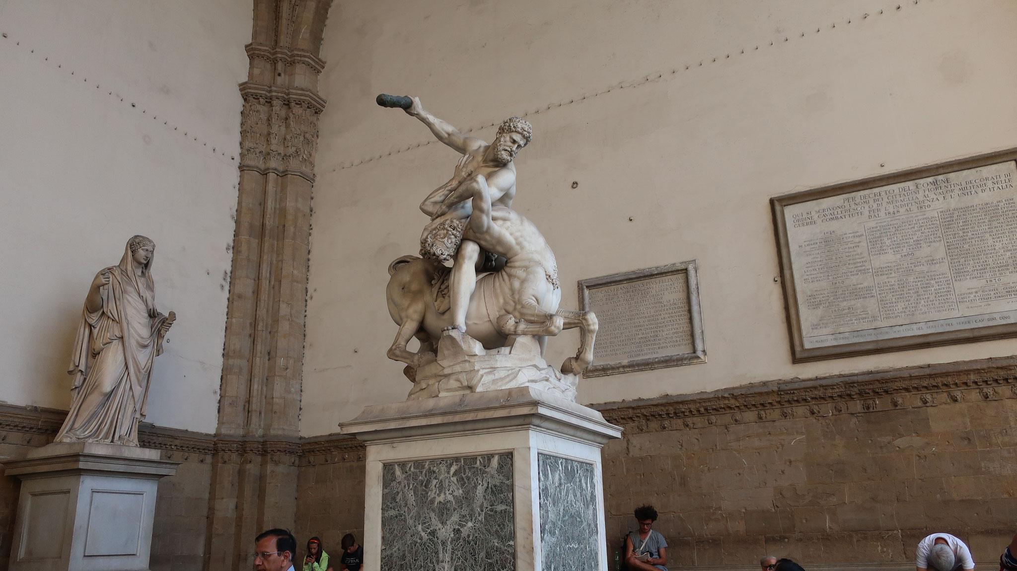 ヘラクレスとケンタウロスのネッソス。16世紀、ジャンボローニャ作。ヘラクレスは自分の妻に乱暴したケンタウロス(半人半馬の怪物)ネッソスを殺しました。