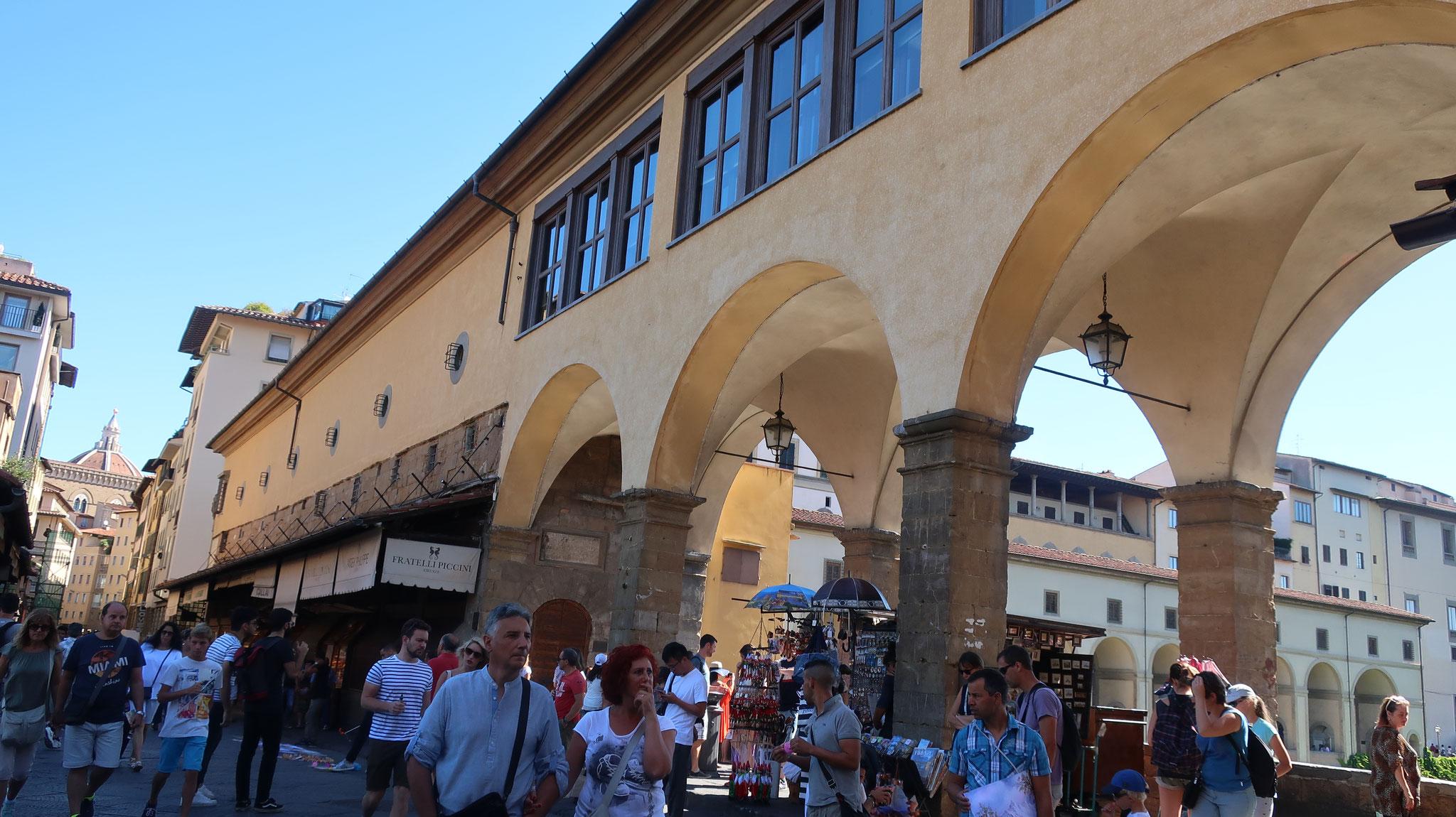 橋の上階をヴァザーリの回廊が通ります。