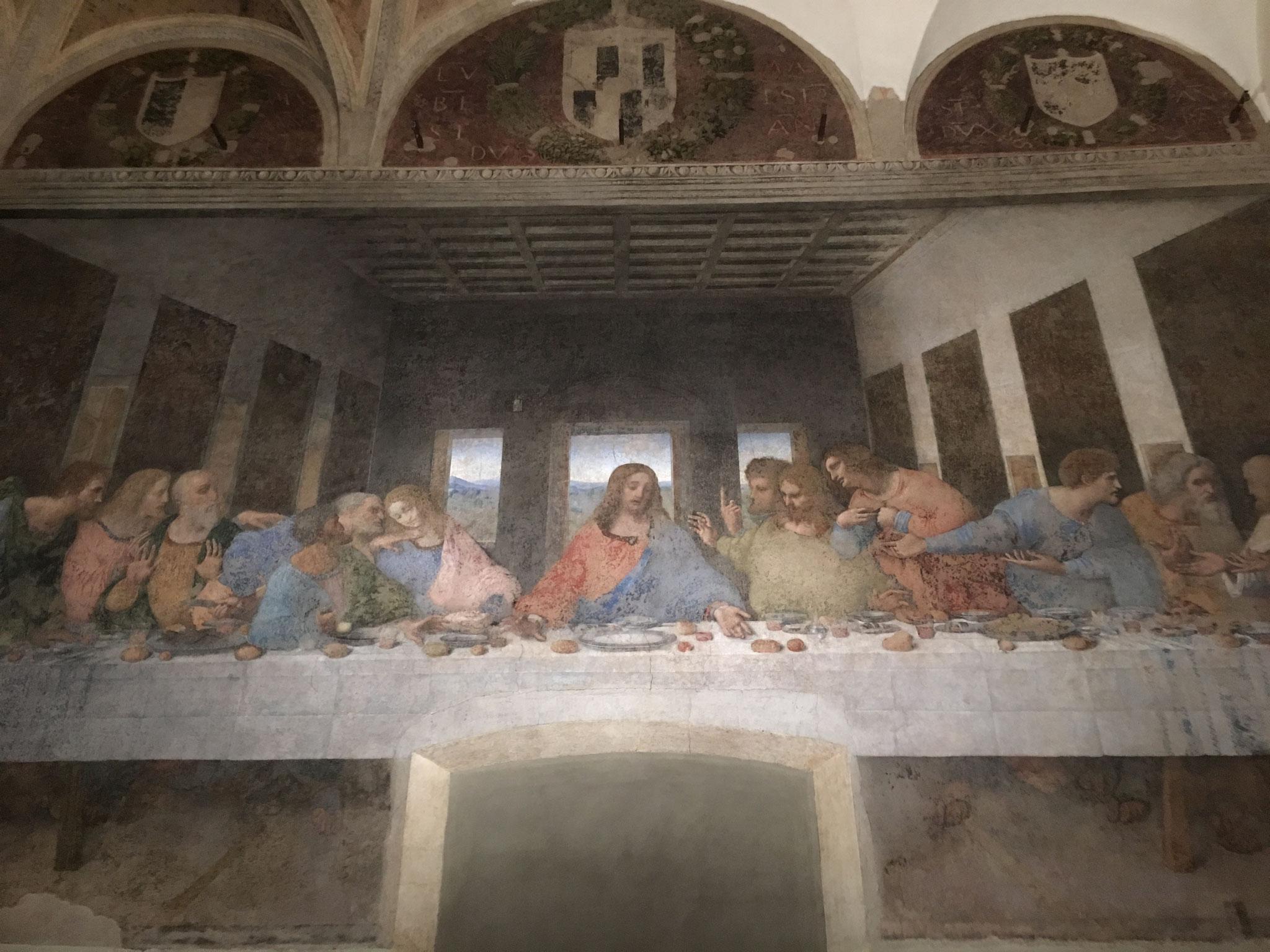 レオナルド・ダ・ヴィンチ作「最後の晩餐」(15世紀末)。教会修道院の食堂の壁一面に、高さ一杯に遠近法を駆使して描かれています。