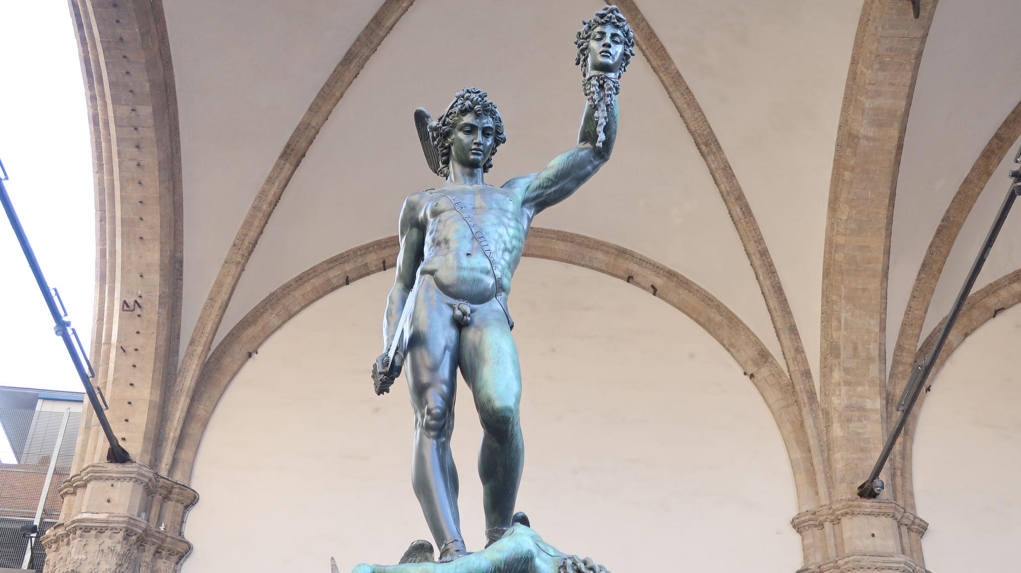 メドゥーサの首を持つペルセウス。チェリーニ 作。ペルセウスは髪の毛が蛇の怪物メドゥーサを退治しました。