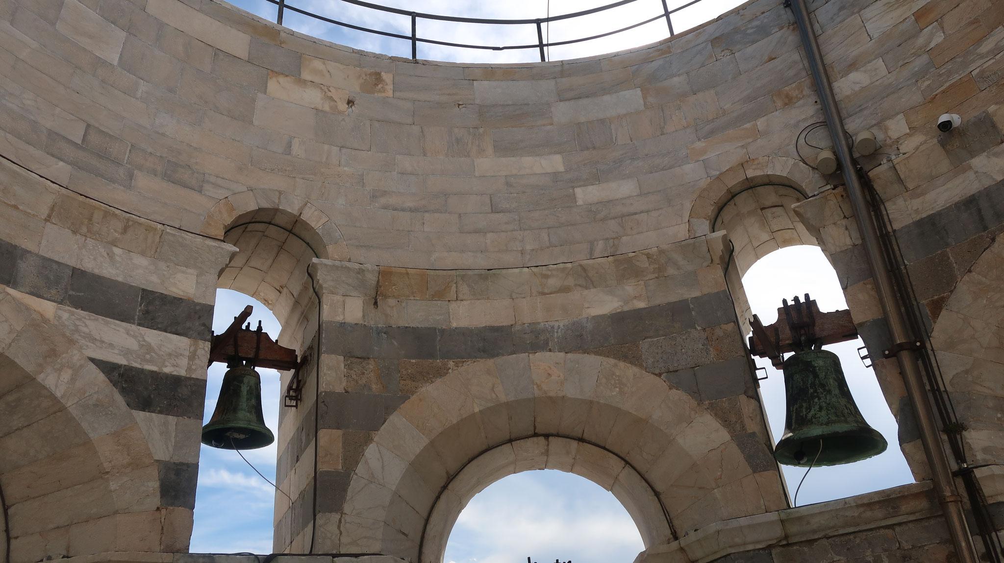 最上階の鐘。斜塔がこれ以上傾かないように、それぞれ重さが違うそうです。