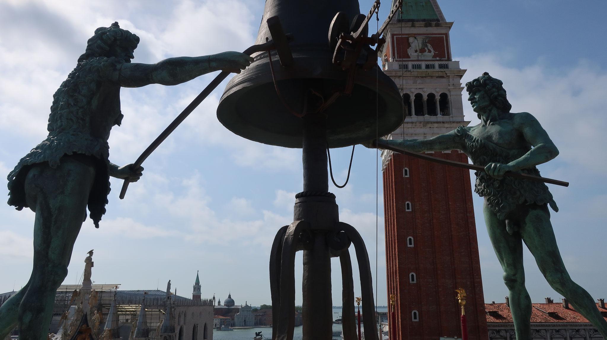 時計塔の屋上で鐘を鳴らす二人のムーア人(アフリカ系イスラム教徒)の銅像。そのため、「ムーアの時計塔」とも呼ばれますが、本当はムーア人ではなく、羊飼いがススで黒くなっただけだそうです。